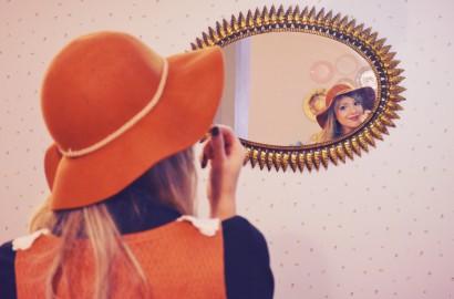 ChicAdicta-Chic-Adicta-blog-de-moda-vintage-look-pretty-blogger-vestido-retro-outfit-con-sombrero-winter-style-vestido-marron-PiensaenChic-Piensa-en-Chic