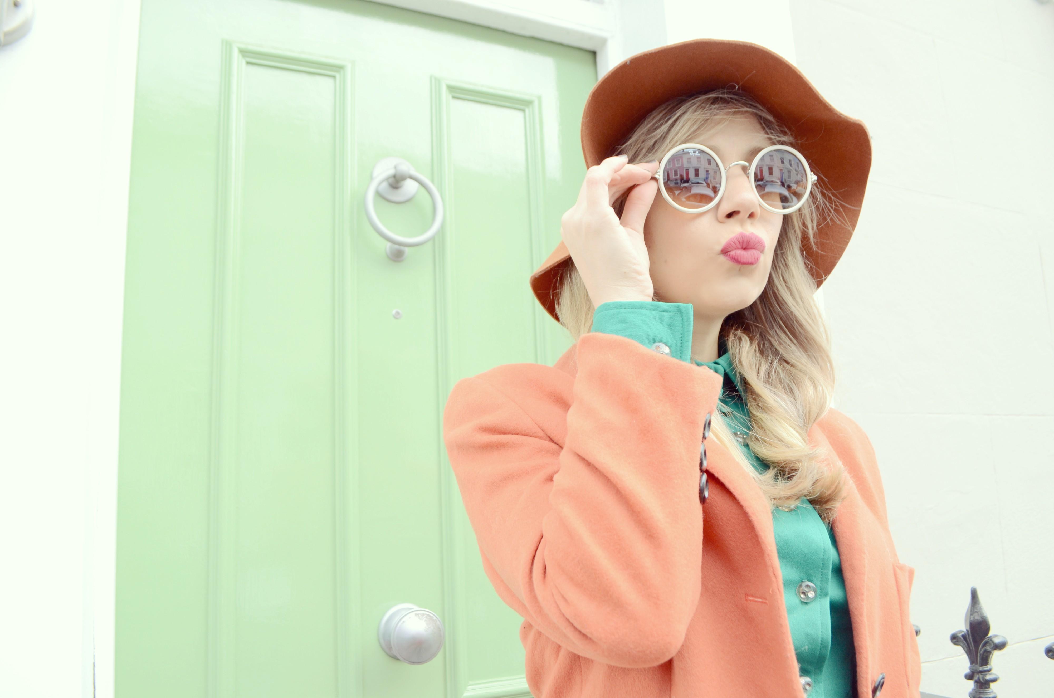 Blog-de-moda-Notting-Hill-street-style-fashionista-ChicAdicta-Chic-Adicta-look-de-primavera-orange-outfit-blusa-verde-PiensaenChic-Piensa-en-Chic