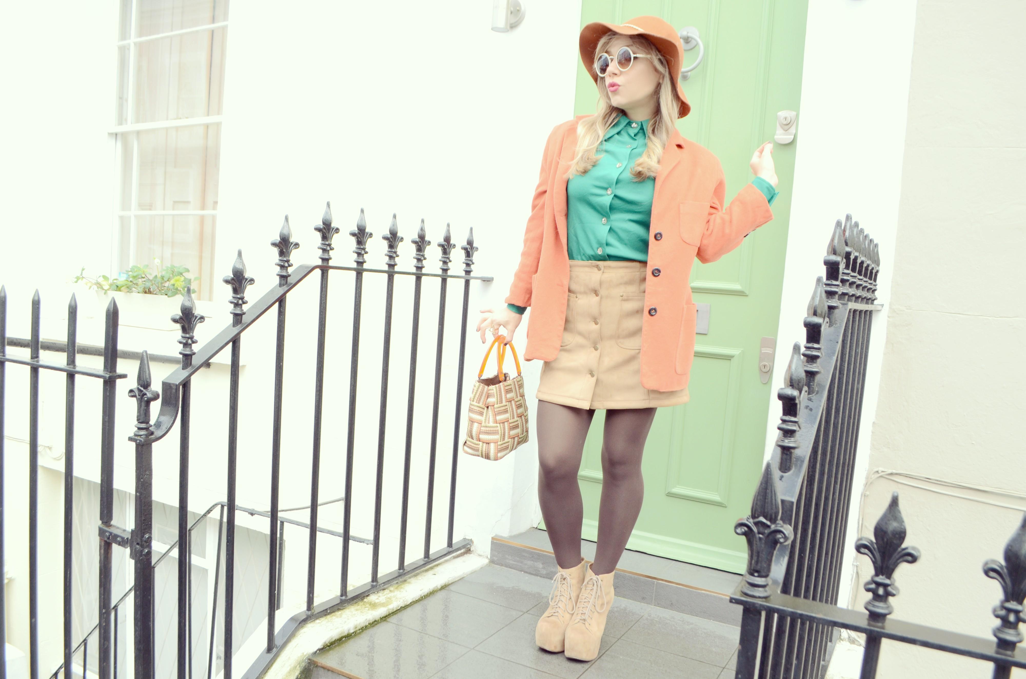 Falda-de-ante-JustFab-camel-look-fashionista-blog-de-moda-Notting-Hill-style-vintage-outfit-orange-blazer-PiensaenChic-Piensa-en-Chic