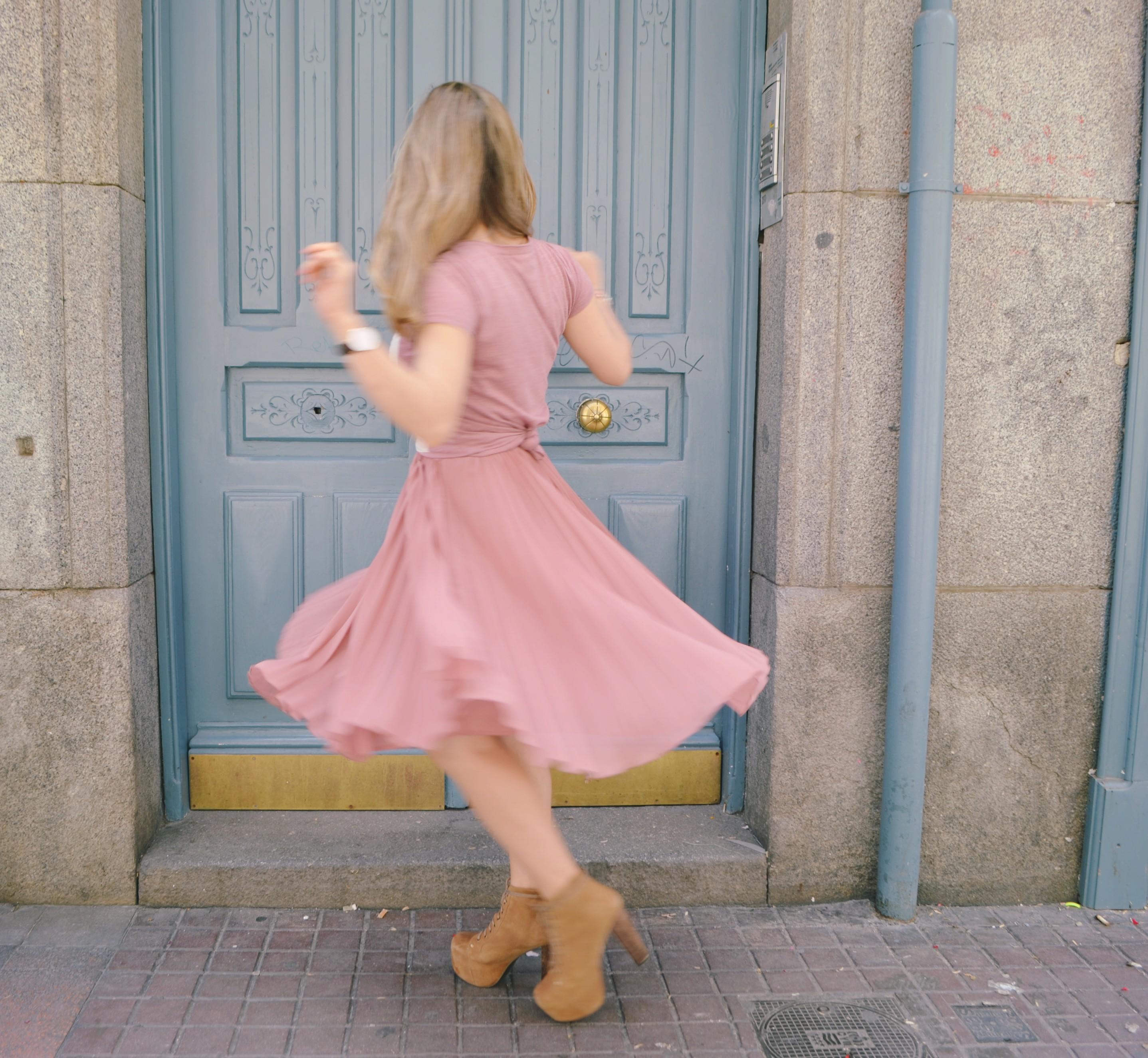 Madrid-street-style-look-Rose-Quartz-fashionista-Bolsos-de-verano-Pepe-Moll-ChicAdicta-Chic-Adicta-Daniel-Wellington-watch-PiensaenChic-Piensa-en-Chic