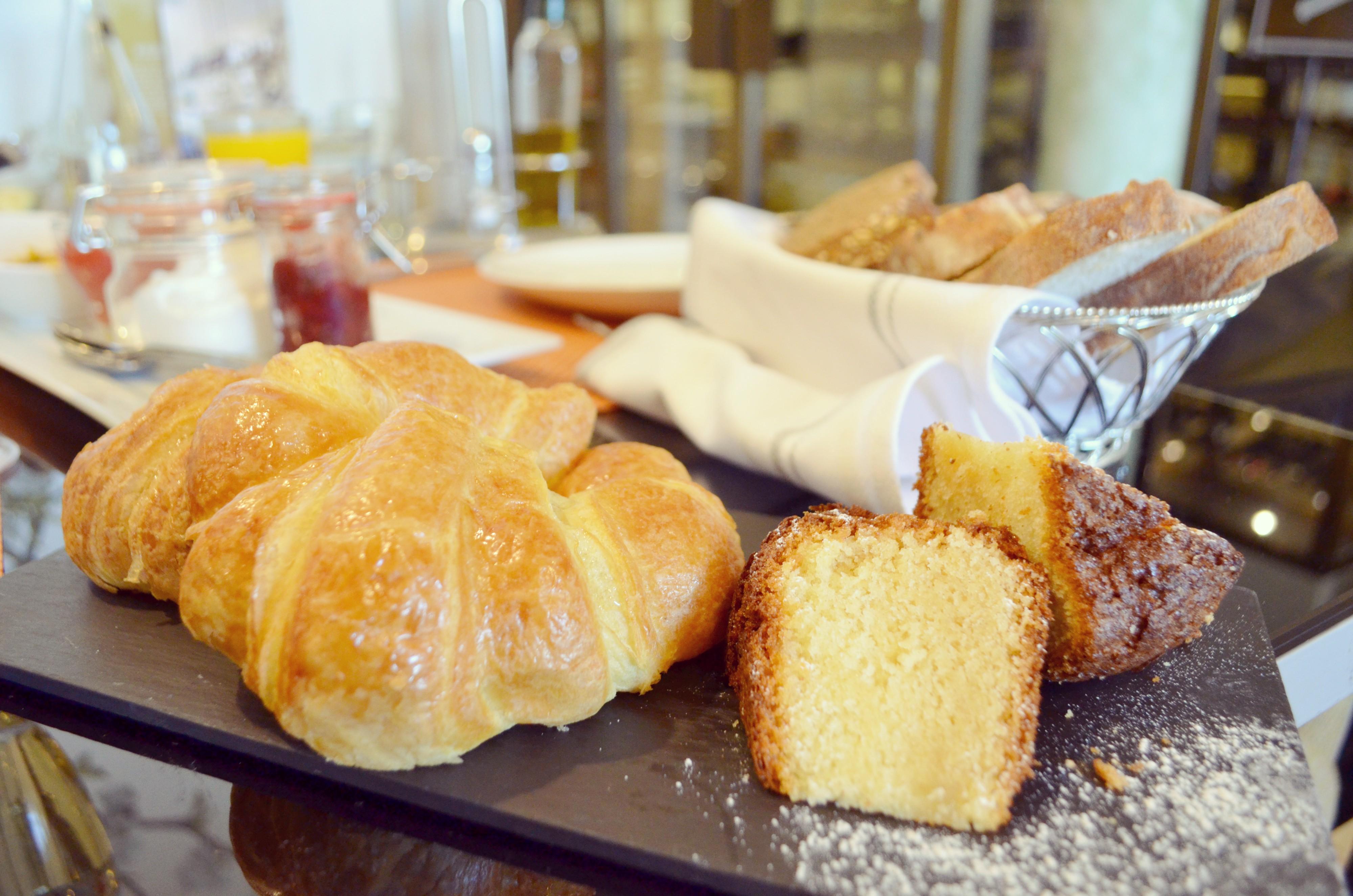 Brunch-cafe-de-oriente-que-hacer-en-Madrid-bizcocho-para-desayunar-blog-de-estilo-de-vida-ChicAdicta-Chic-Adicta-PiensaenChic-Piensa-en-Chic