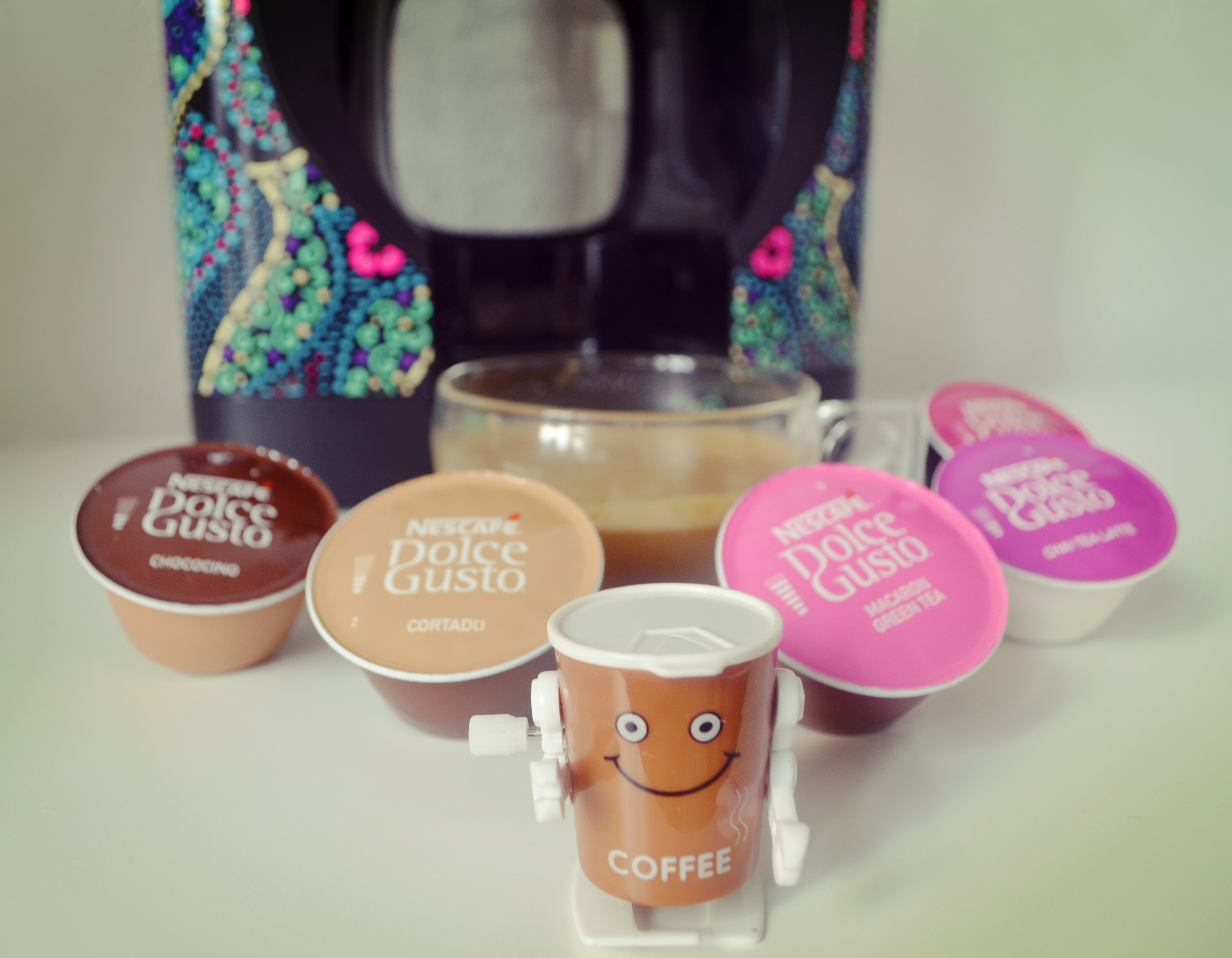 blog-de-moda-chicadicta-cafeteras-fashion-nescafe-dolce-gusto-oblo-custo-edicion-limitada-coffee-style-desayunos-de-moda-piensaenchic-piensa-en-chic