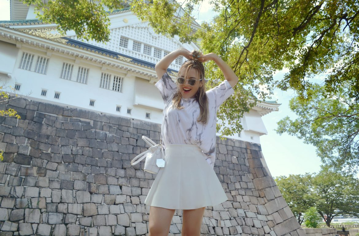 chicadicta-fashionista-blog-de-moda-fashion-marble-bench-look-white-style-look-blanco-japan-street-style-bershka-piensaenchic-piensa-en-chic