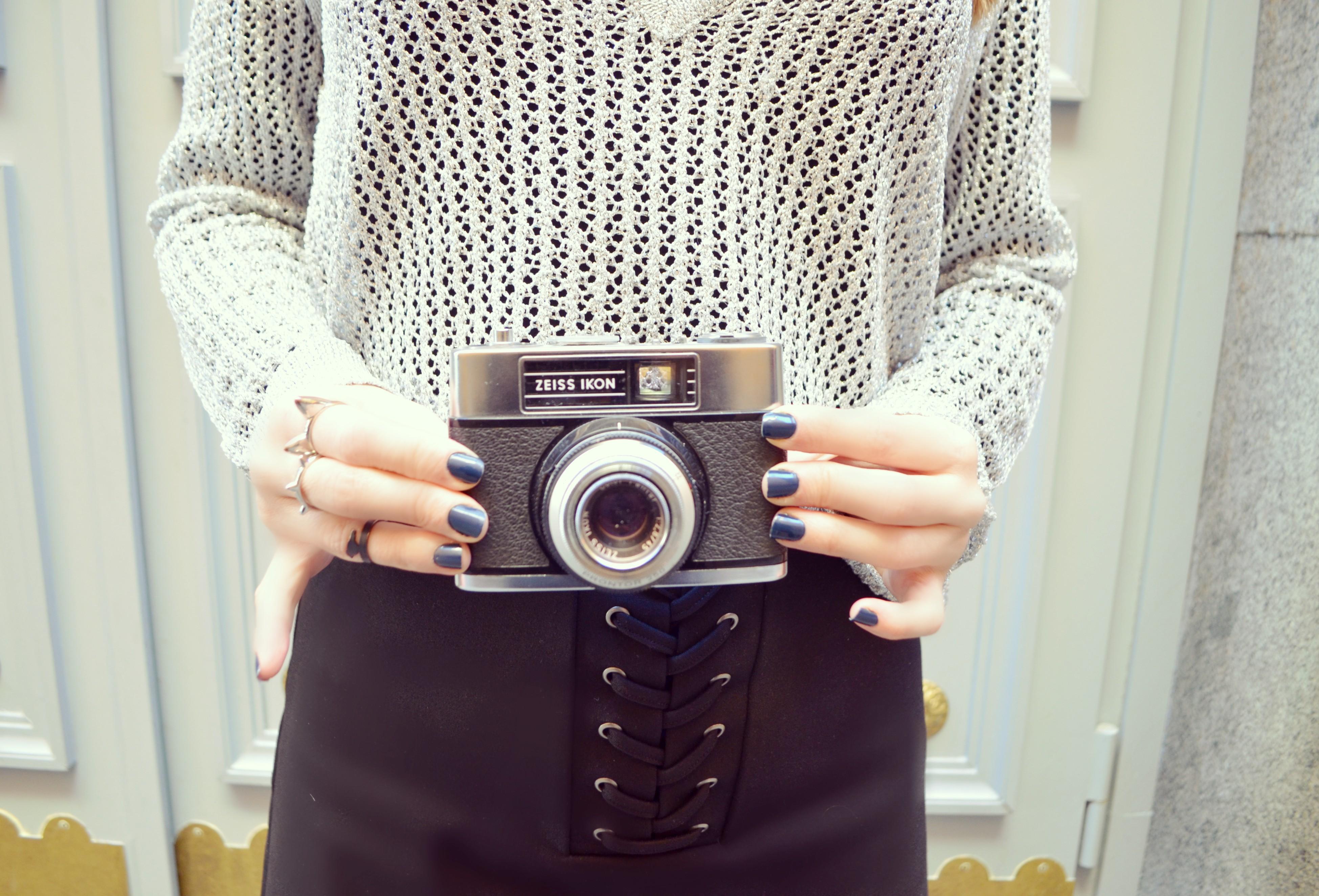 Camaras-vintage-blog-de-moda-ChicAdicta-retro-camera-Chic-Adicta-Amichi-look-silver-sweater-black-skirt-PiensaenChic-Piensa-en-Chic