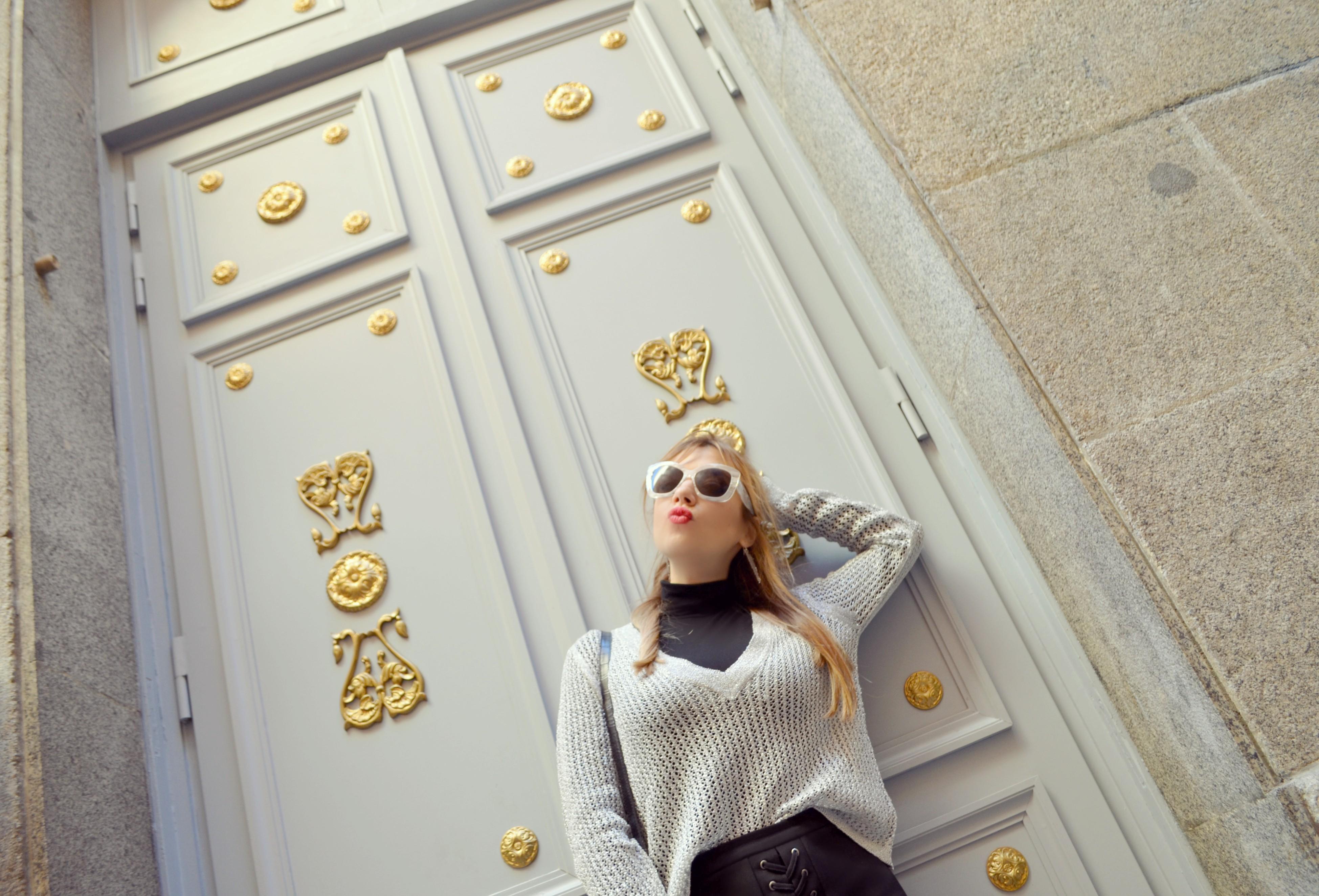 Madrid-street-style-blog-de-moda-ChicAdicta-Amichi-look-Chic-Adicta-white-sunglasses-silver-style-blusa-plateada-PiensaenChic-Piensa-en-Chic