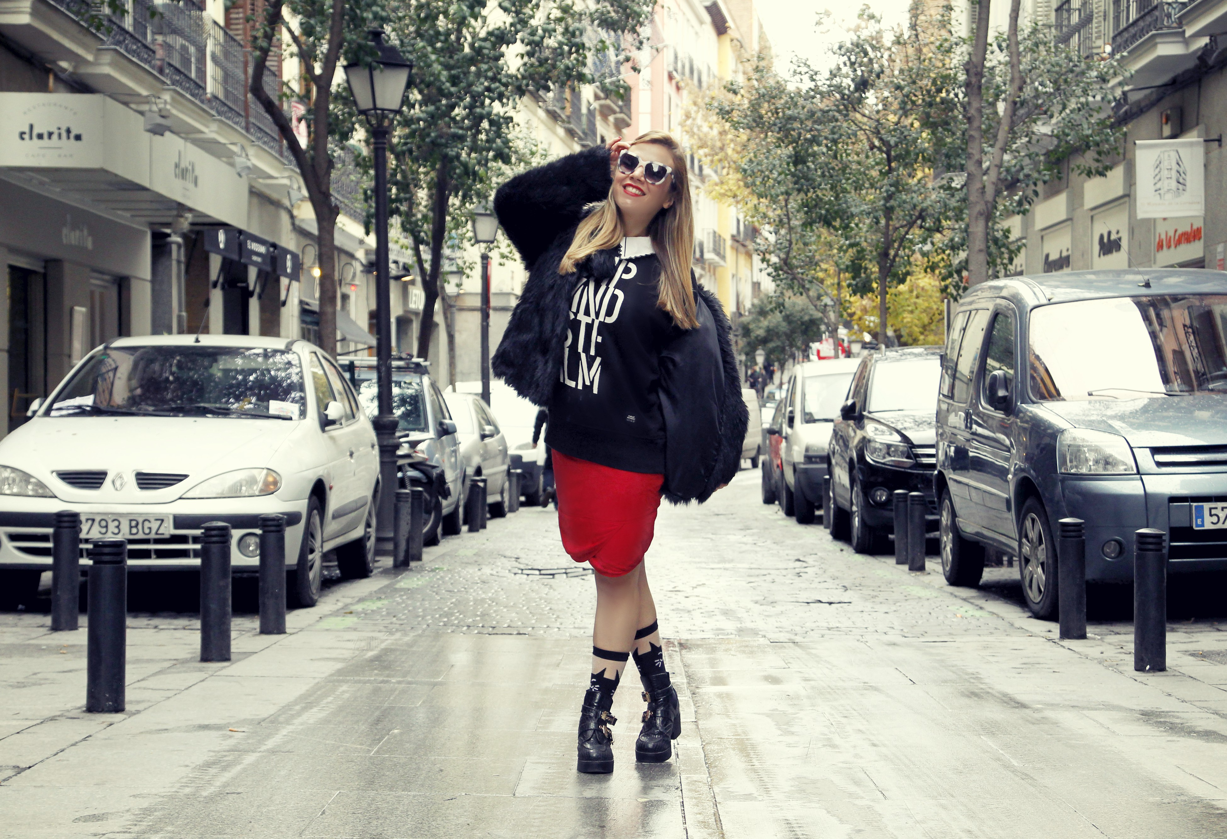 Malasana-street-style-neubau-eyewear-ChicAdicta-blog-de-moda-Chic-Adicta-look-rojo-gafas-de-sol-PiensaenChic-Piensa-en-Chic