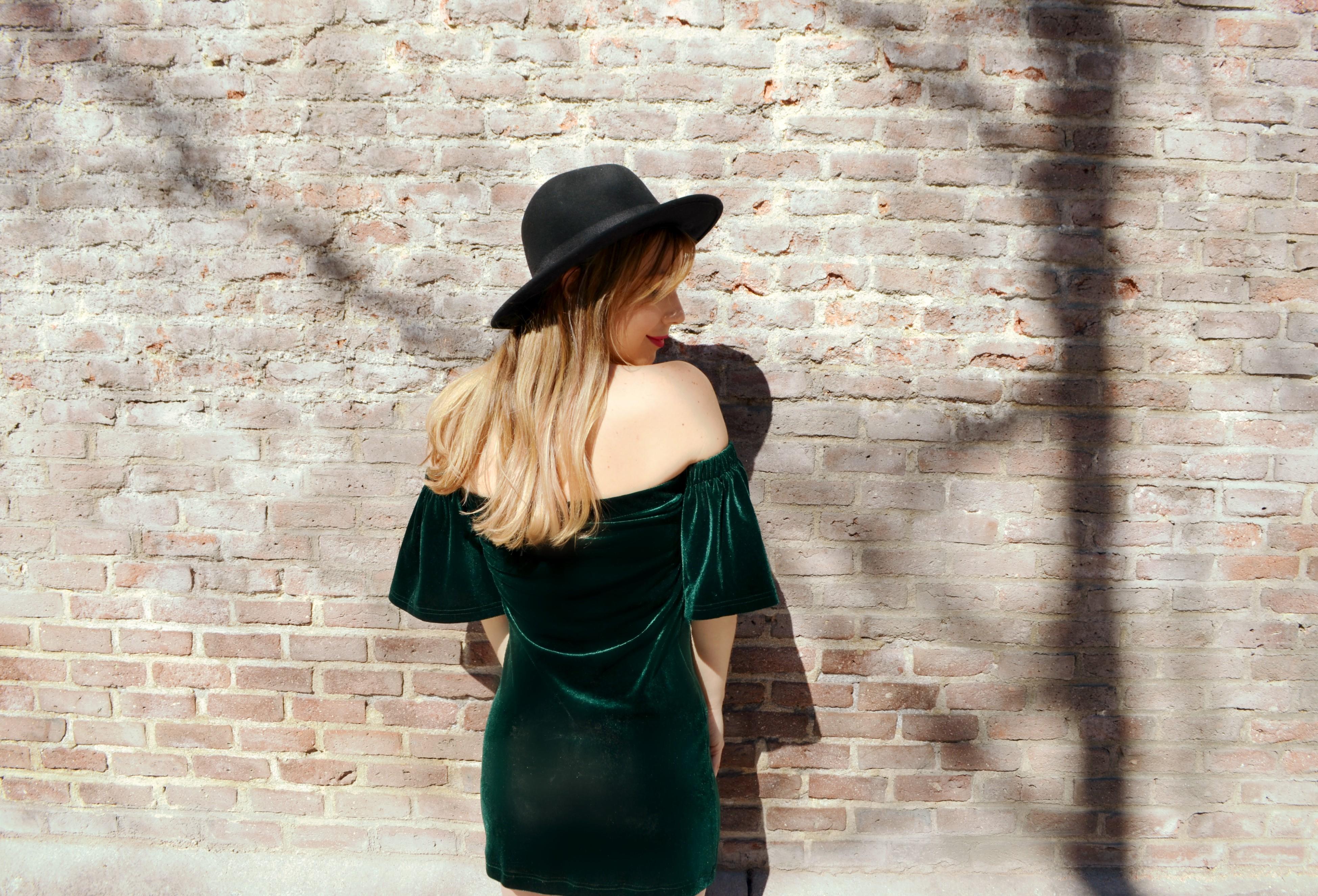 Madrid-street-style-ChicAdicta-blog-de-moda-Chic-Adicta-vestido-de-terciopelo-verde-shein-velvet-look-sombrero-negro-PiensaenChic-Piensa-en-Chic