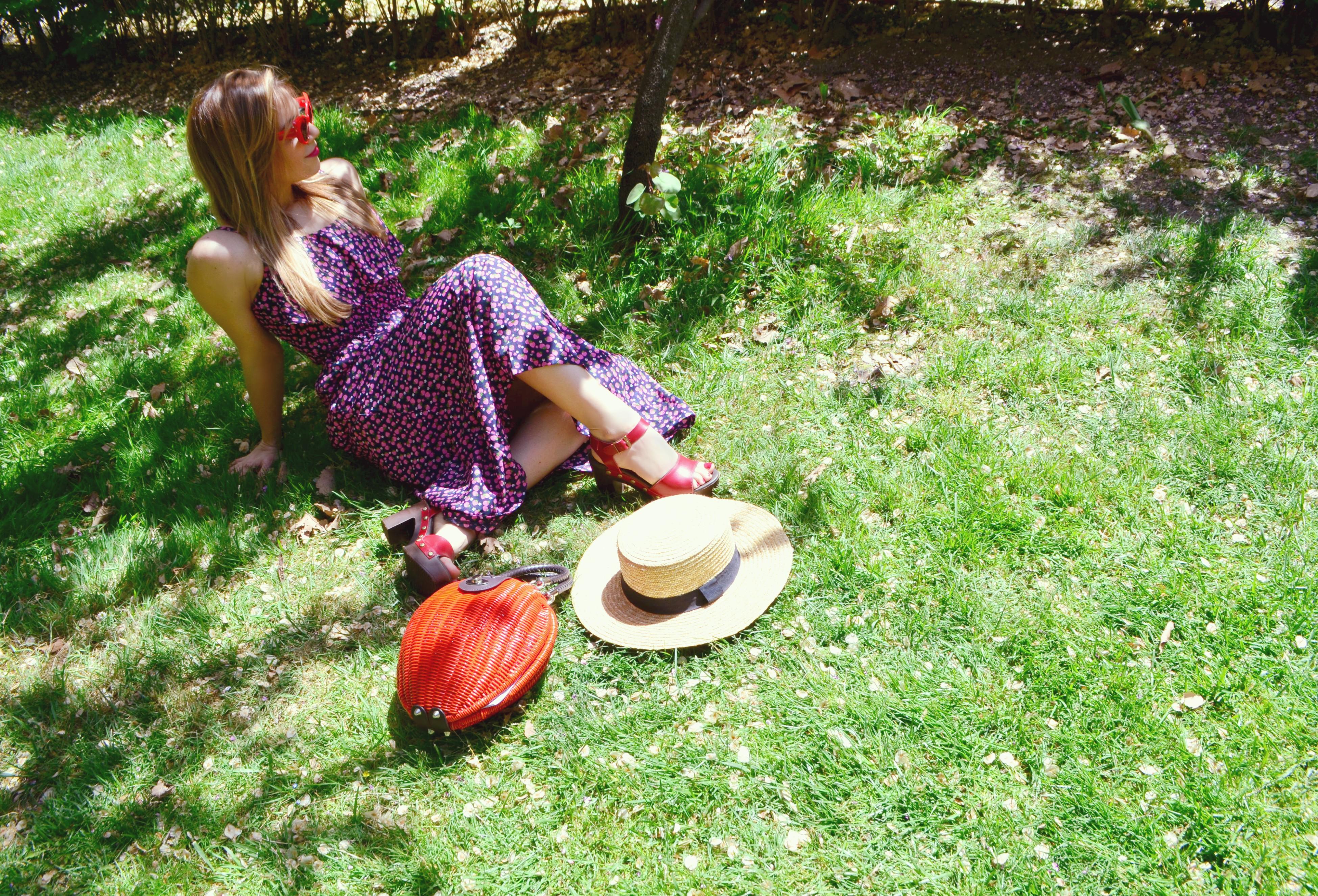 ChicAdicta-influencer-Madrid-blog-de-moda-Chic-Adicta-canotier-look-vestido-de-primavera-trakabarraka-gafas-retro-PiensaenChic-Piensa-en-Chic