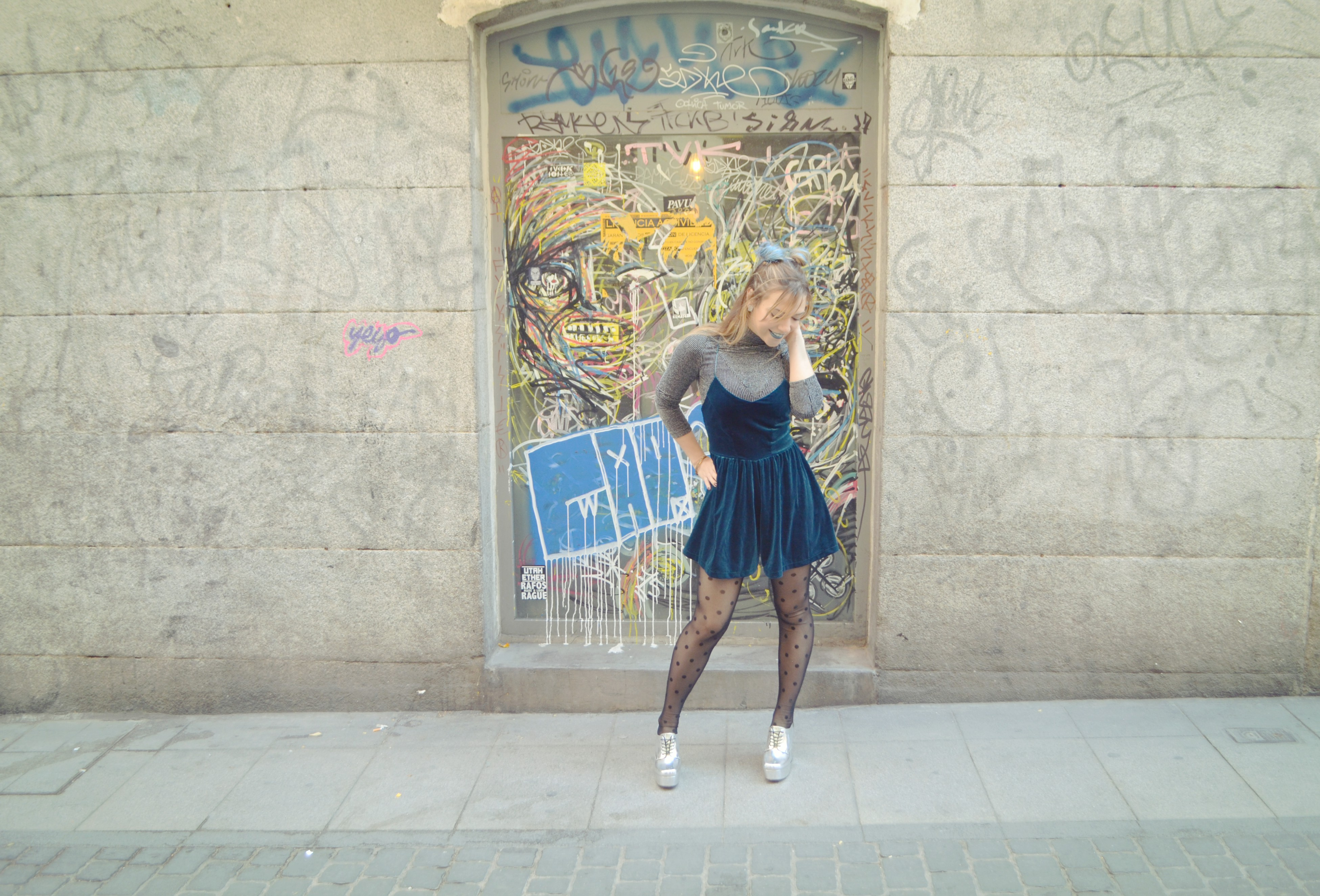 ChicAdicta-blog-de-moda-Chic-Adicta-influencer-madrid-medias-de-topitos-mono-azul-look-de-primavera-silver-outfit-PiensaenChic-Piensa-en-Chic