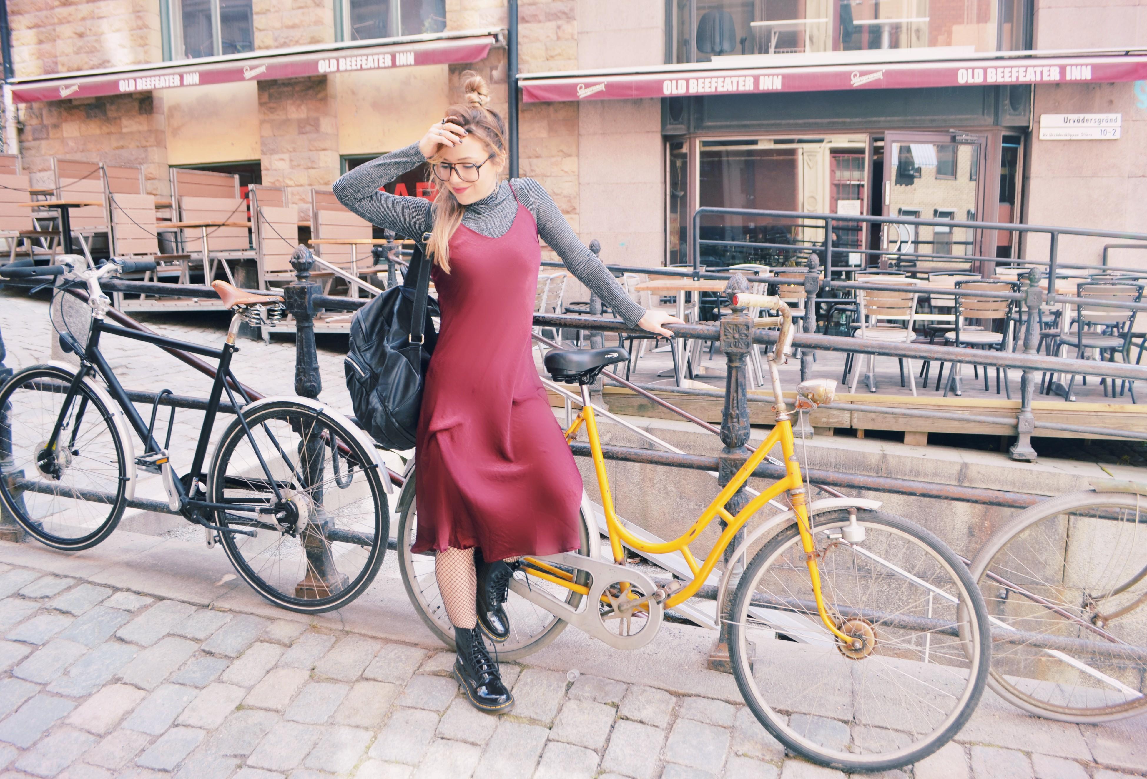 ChicAdicta-blog-de-moda-burgundy-look-drmartens-outfit-blog-de-viajes-influencer-Estocolmo-bici-retro-PiensaenChic-Chic-Adicta-Piensa-en-Chic