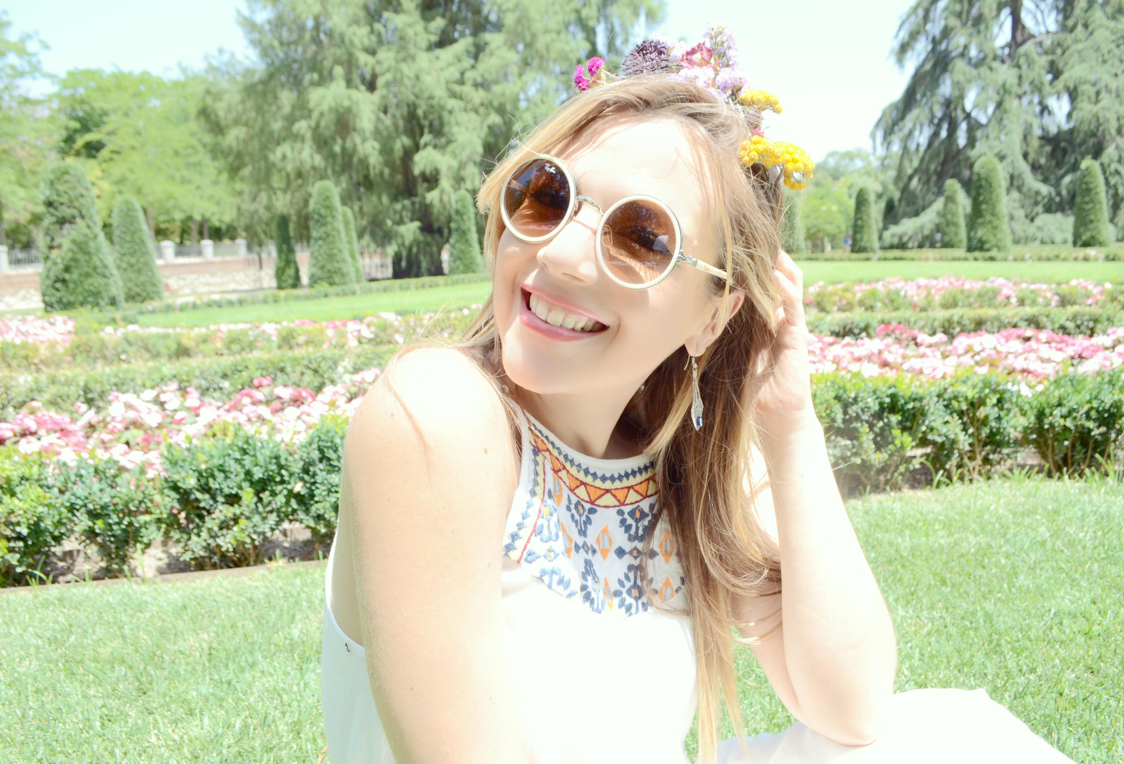 Fashionista-ChicAdicta-vestidos-surkana-Chic-Adicta-hippie-look-corona-de-flores-summer-sunglasses-estampado-etnico-PiensaenChic-Piensa-en-Chic