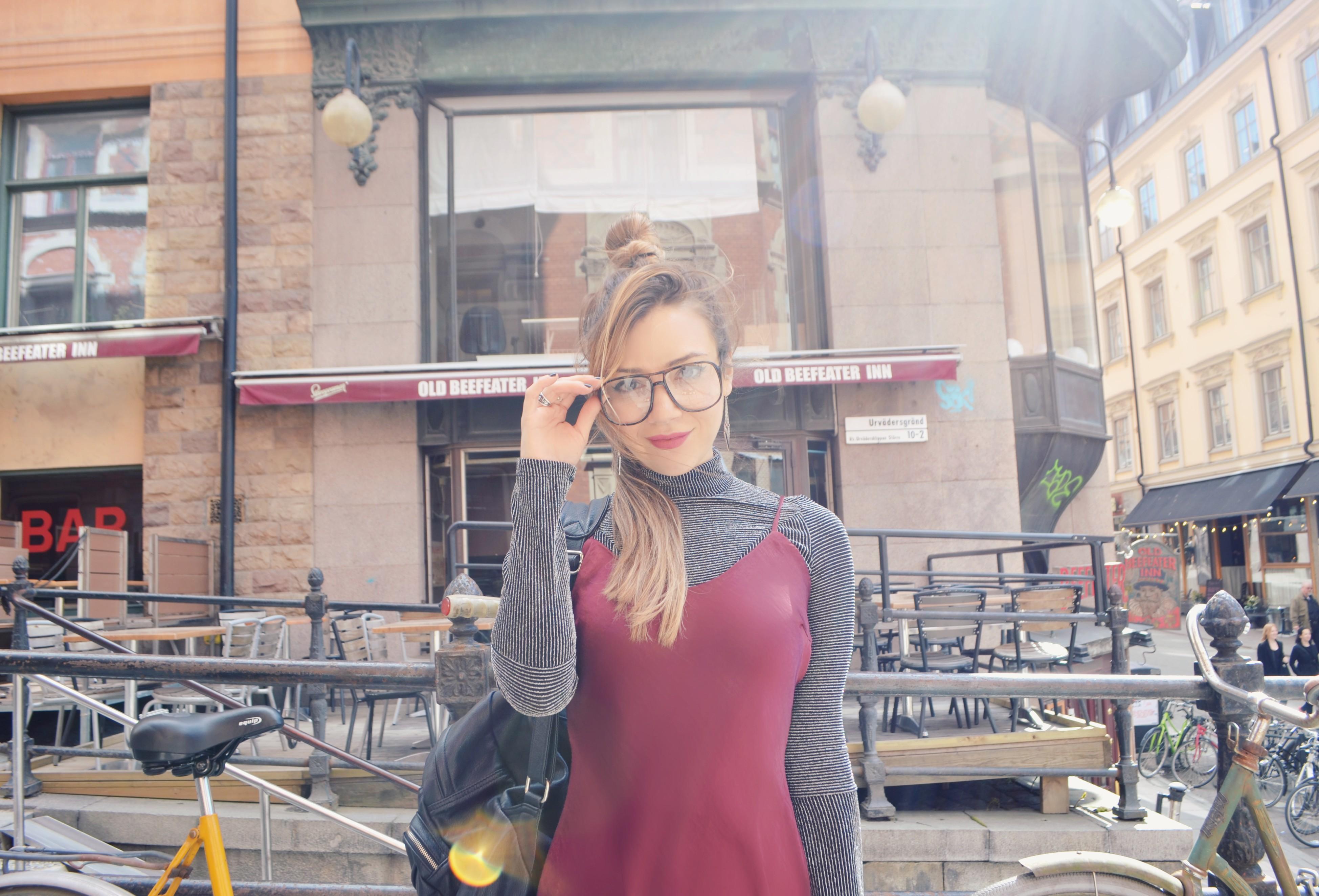 Fashionista-blog-de-moda-ChicAdicta-influencer-Chic-Adicta-burgundy-look-gafas-retro-bershka-style-PiensaenChic-Piensa-en-Chic