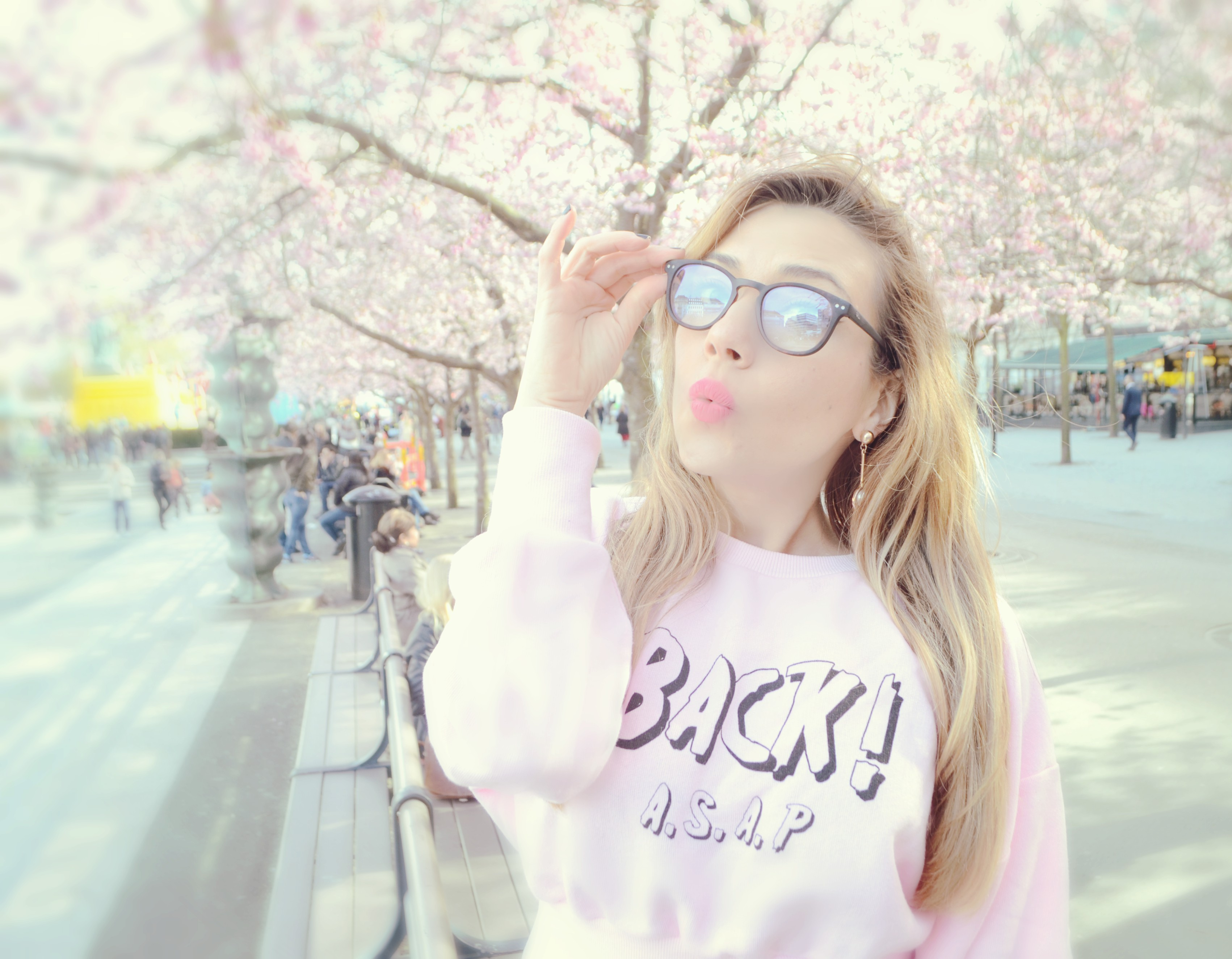 Fashionista-blog-de-moda-ChicAdicta-sudadera-rosa-zara-Chic-Adicta-influencer-travel-fashion-the-90s-look-PiensaenChic-Piensa-en-Chic