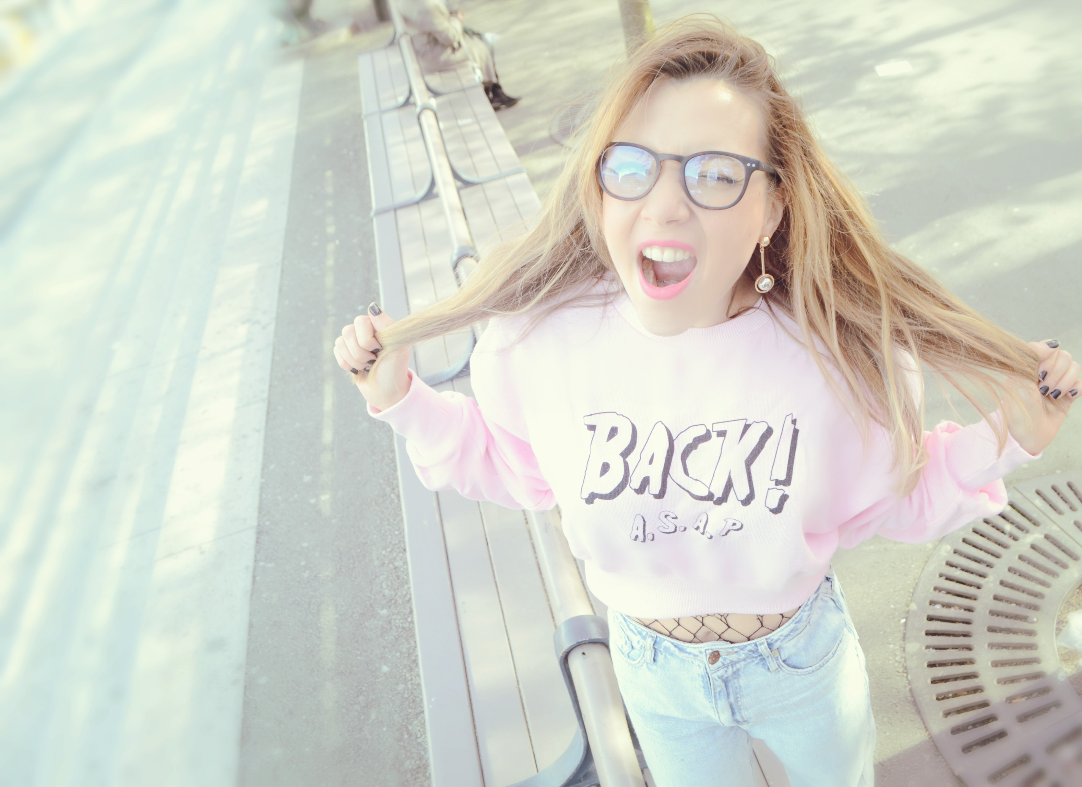 Influencer-ChicAdicta-blog-de-moda-Chic-Adicta-fashionista-90s-outfit-medias-de-rejilla-mom-jeans-PiensaenChic-Piensa-en-Chic