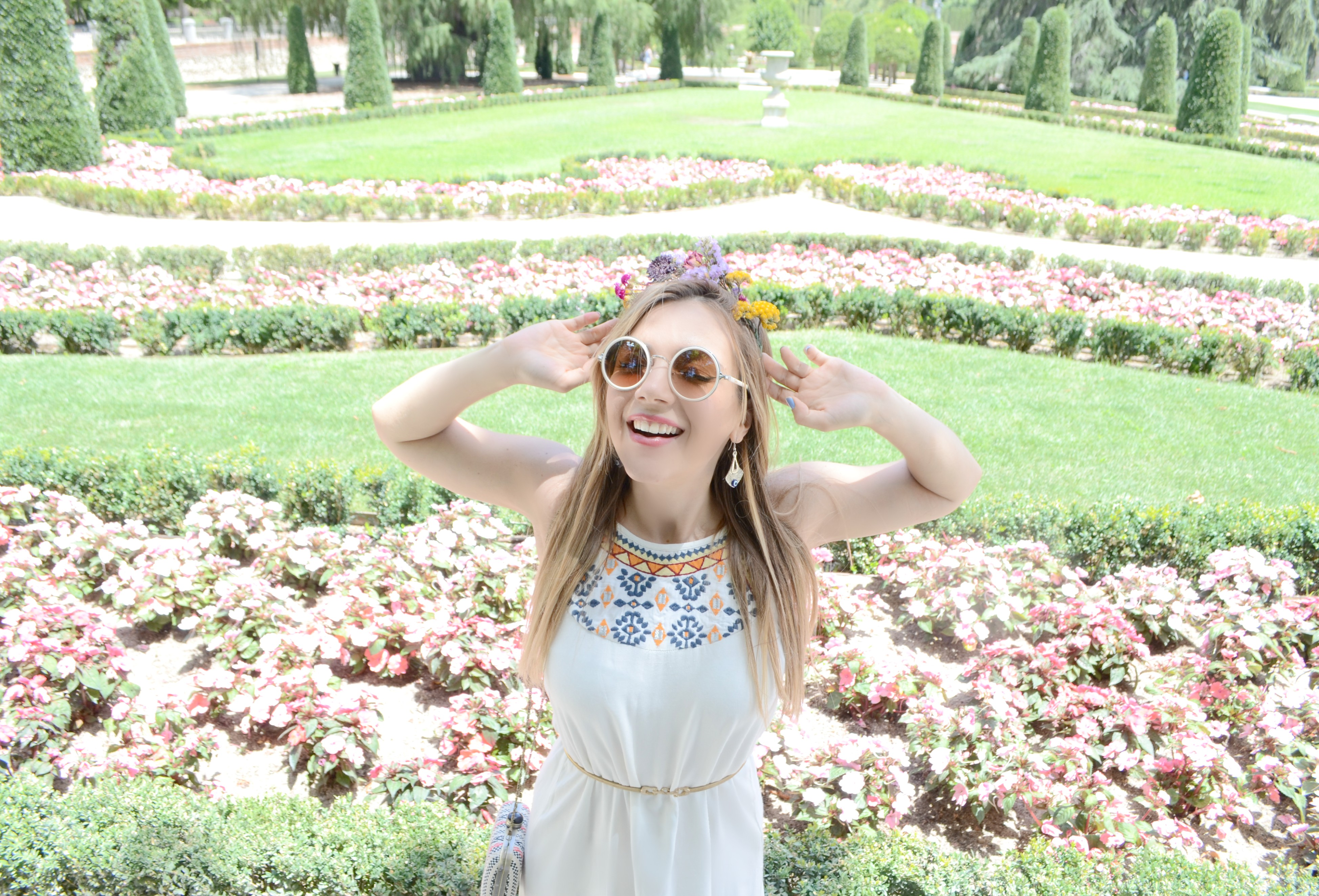 Vestidos-de-verano-surkana-blog-de-moda-ChicAdicta-fashionista-Chic-Adicta-influencer-corona-de-flores-PiensaenChic-Piensa-en-Chic