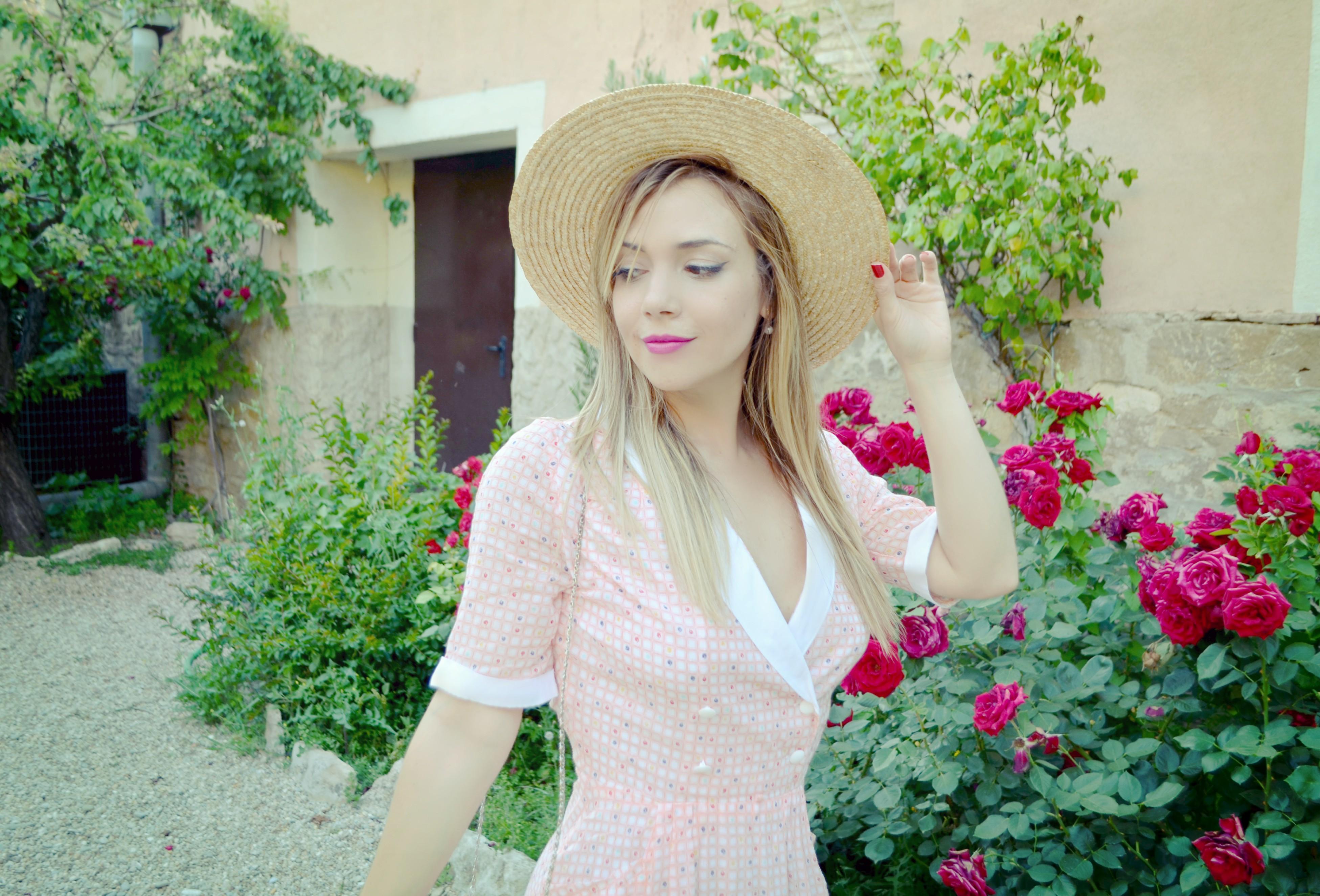 Viaje-influencers-Florette-ChicAdicta-blog-de-moda-Chic-Adicta-vestidos-de-flores-canotier-look-pink-dress-PiensaenChic-Piensa-en-Chic