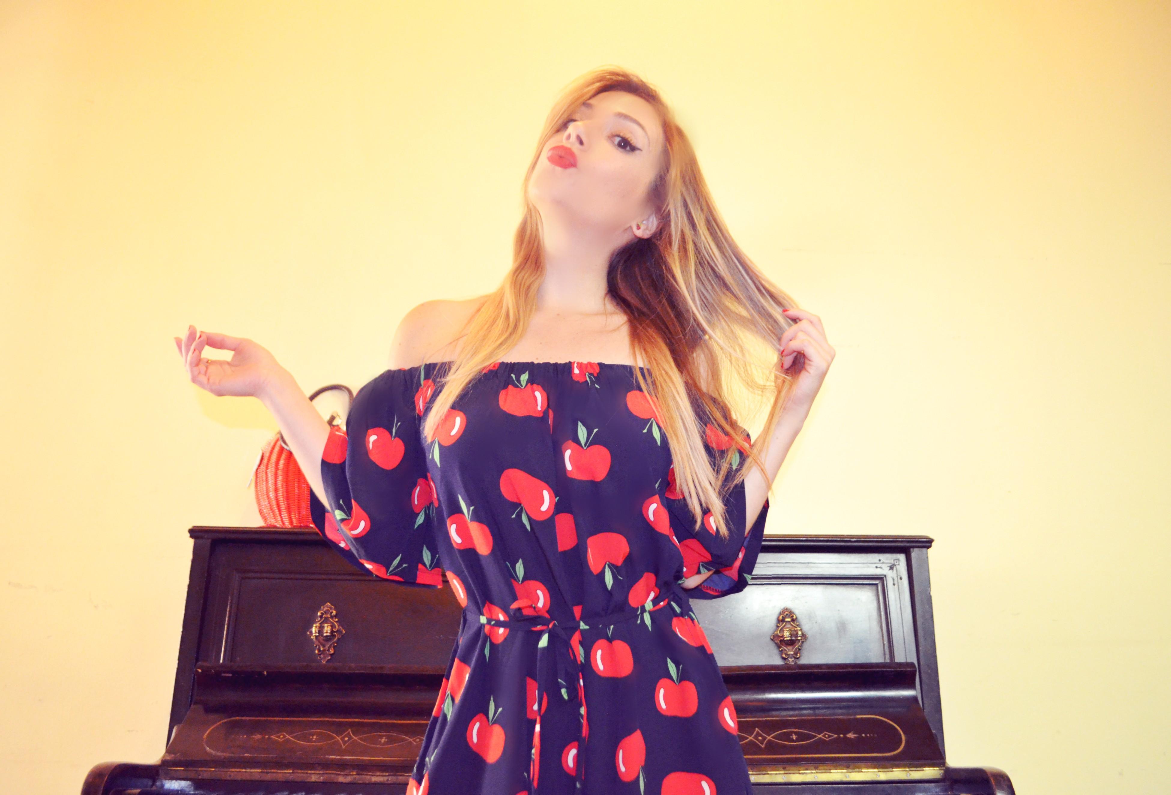 Blog-de-moda-fashionista-ChicAdicta-monos-de-verano-smile-dress-estampado-de-manzanas-influencer-Madrid-PiensaenChic-Piensa-en-Chic
