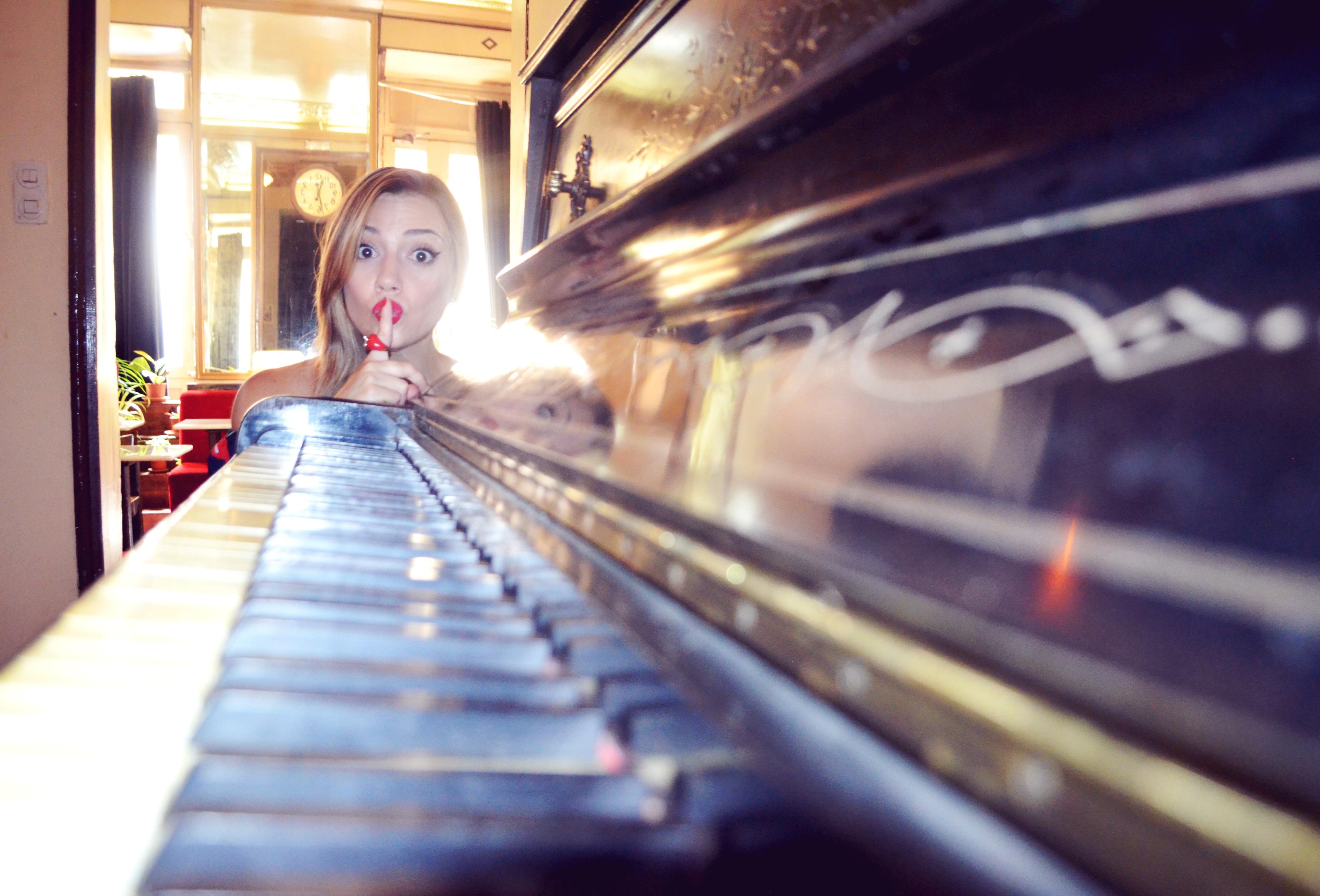 Fashionista-ChicAdicta-blog-de-moda-Chic-Adicta-influencer-spain-retro-piano-look-smile-PiensaenChic-Piensa-en-Chic
