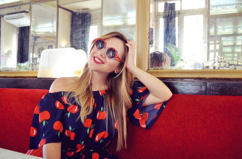 Fashionista-ChicAdicta-influencer-Chic-Adicta-blog-de-moda-gafas-rojas-smile-ropa-mono-fancy-summer-jumpsuit-PiensaenChic-Piensa-en-Chic