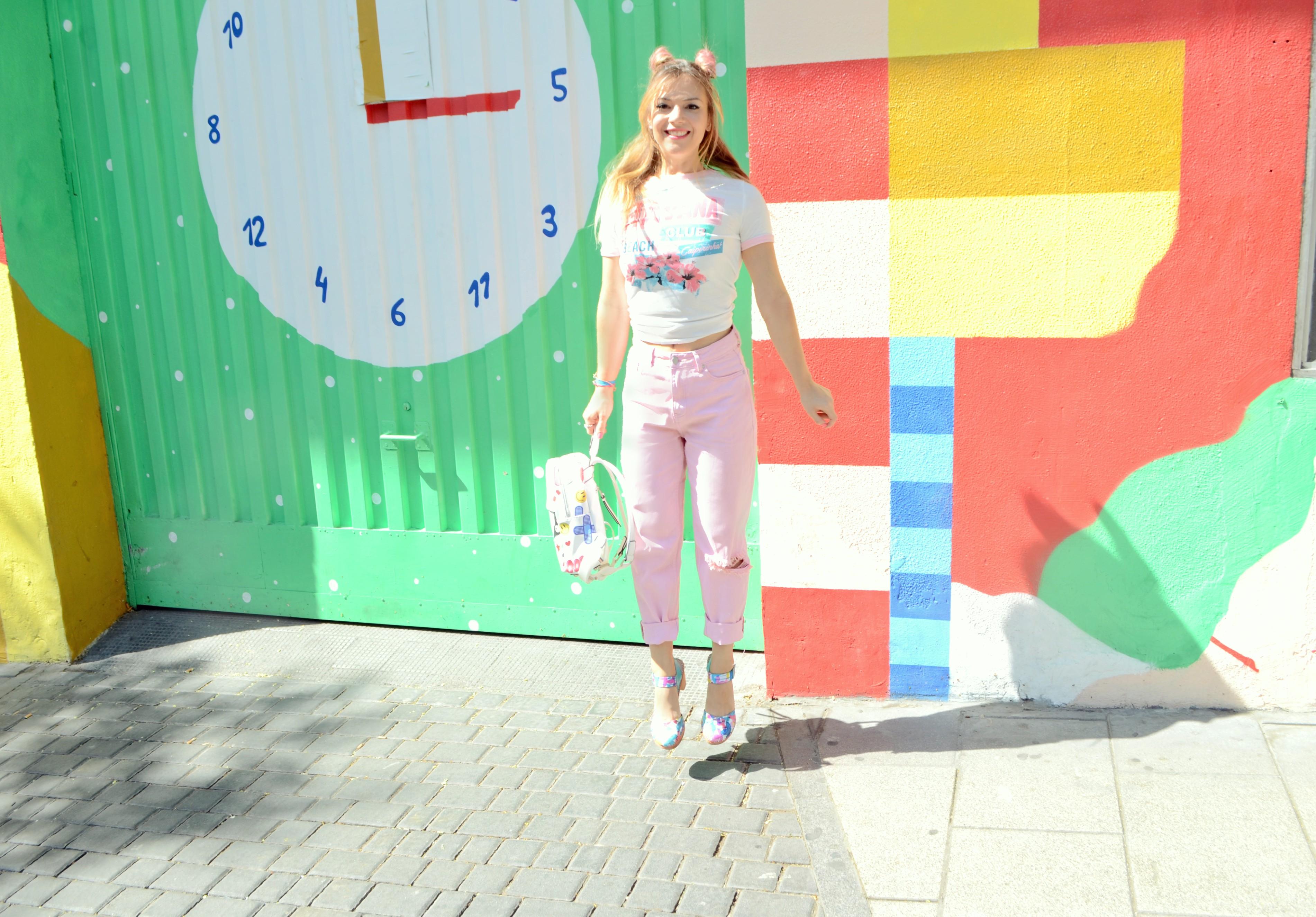 Madrid-street-style-ChicAdicta-influencer-Chic-Adicta-blog-de-moda-vaqueros-rosa-pink-look-retro-shoes-mochilas-PiensaenChic-Piensa-en-Chic