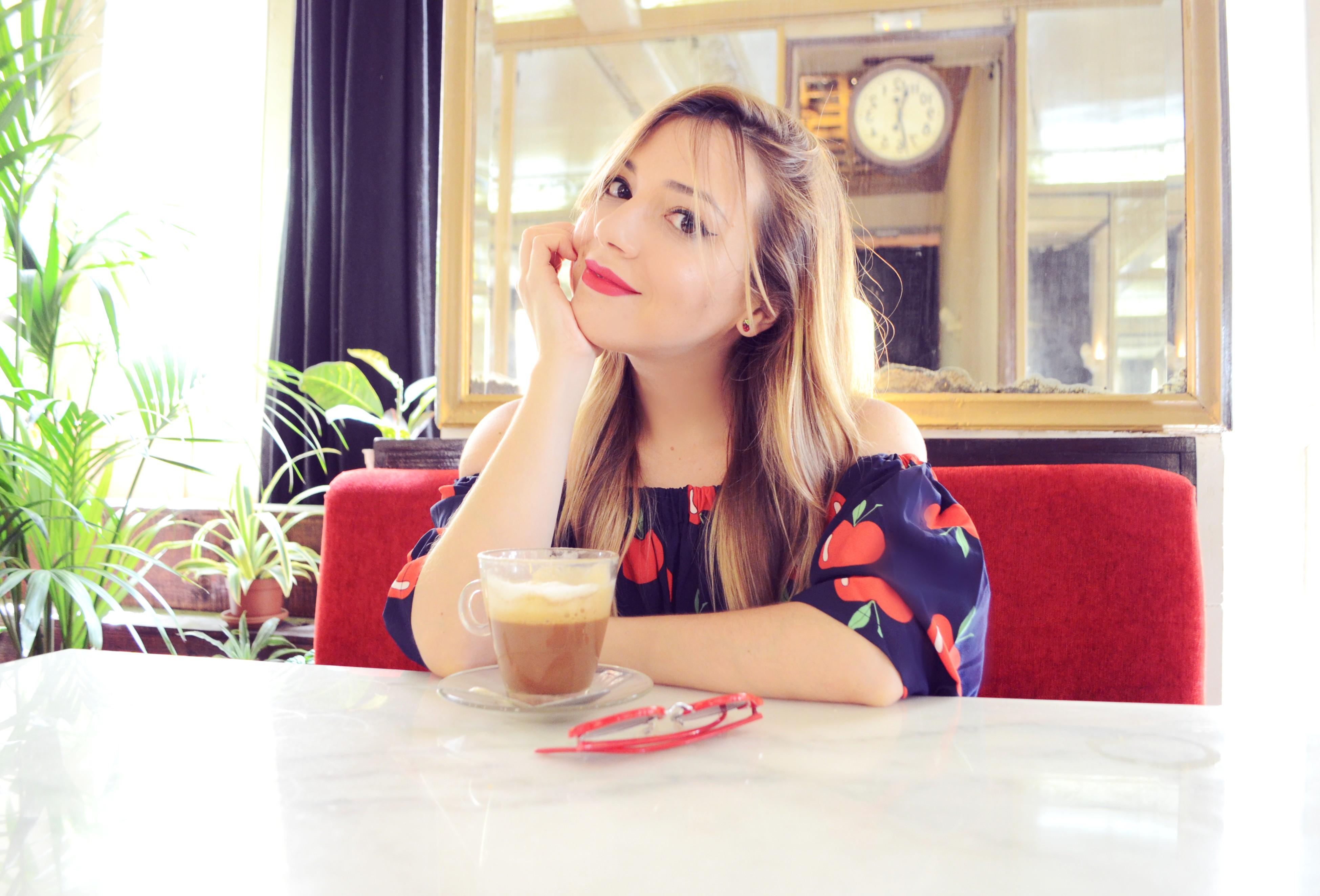 Mejores-cafes-Madrid-Barbieri-Chic-Adicta-influencer-ChicAdicta-blog-de-moda-look-smile-mono-de verano-red-summer-outfit-PiensaenChic-Piensa-en-Chic