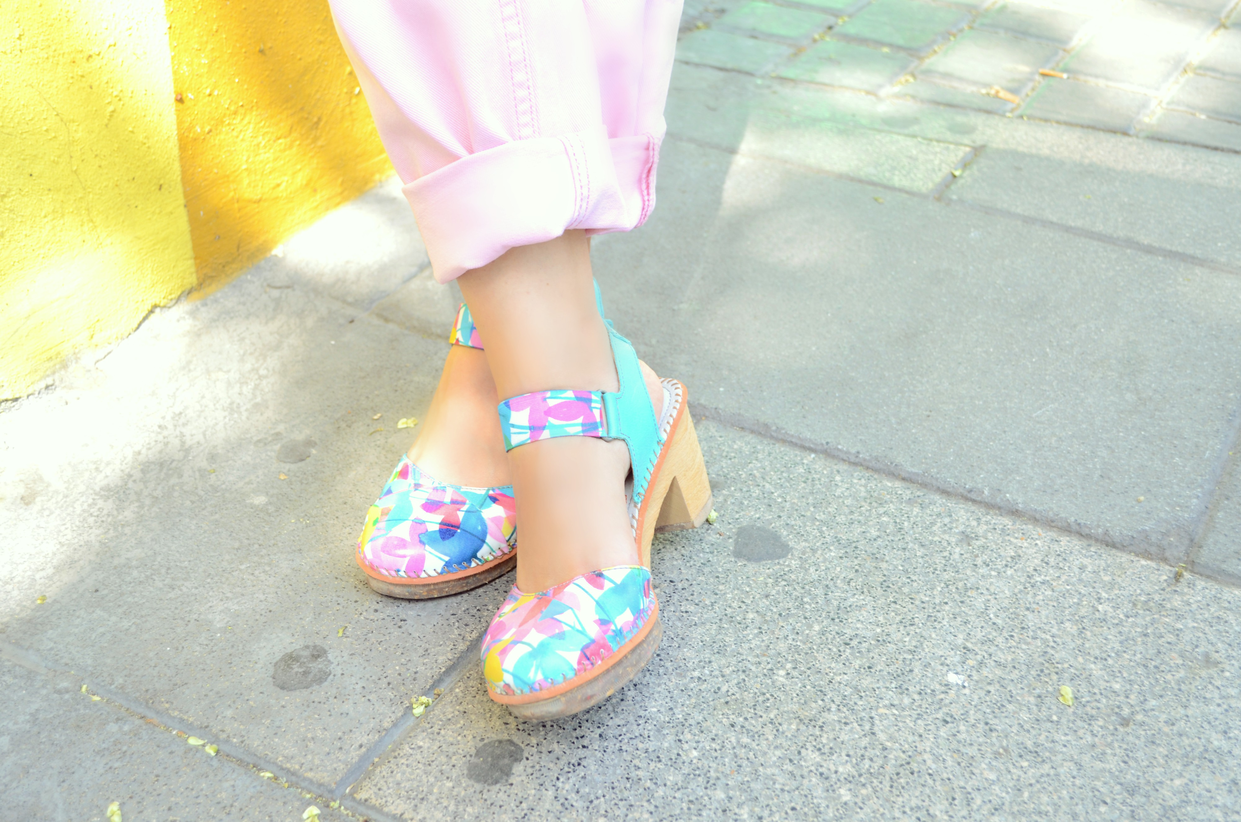 The-art-company-zapatos-de-moda-ChicAdicta-influencer-espana-Chic-Adicta-vaqueros-rosa-retro-shoes-PiensaenChic-blog-de-moda-Piensa-en-Chic