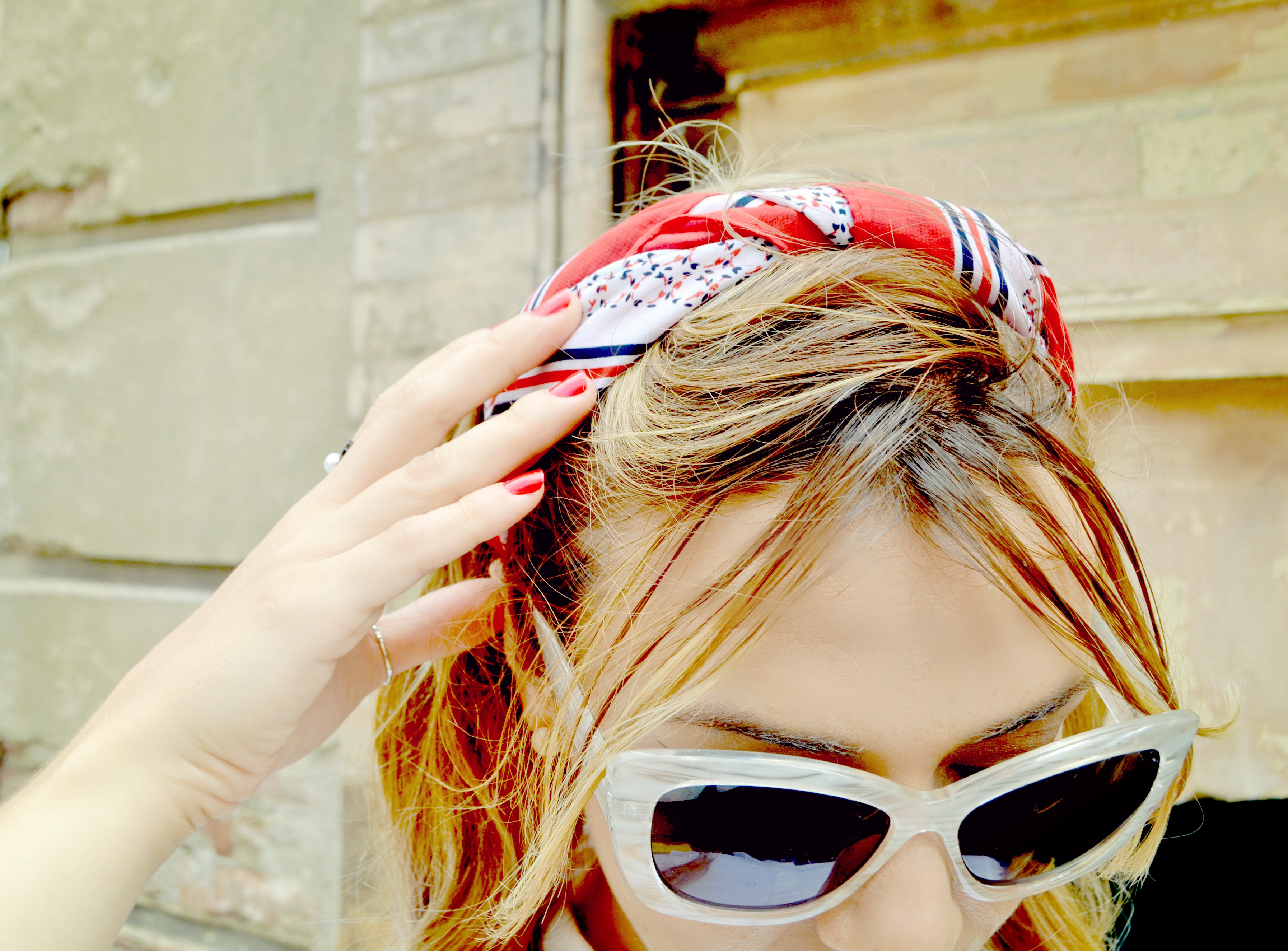 ChicAdicta-blog-de-moda-como-usar-panuelos-Chic-Adicta-influencer-pinup-style-gafas-blancas-fashion-traveller-PiensaenChic-Piensa-en-Chic
