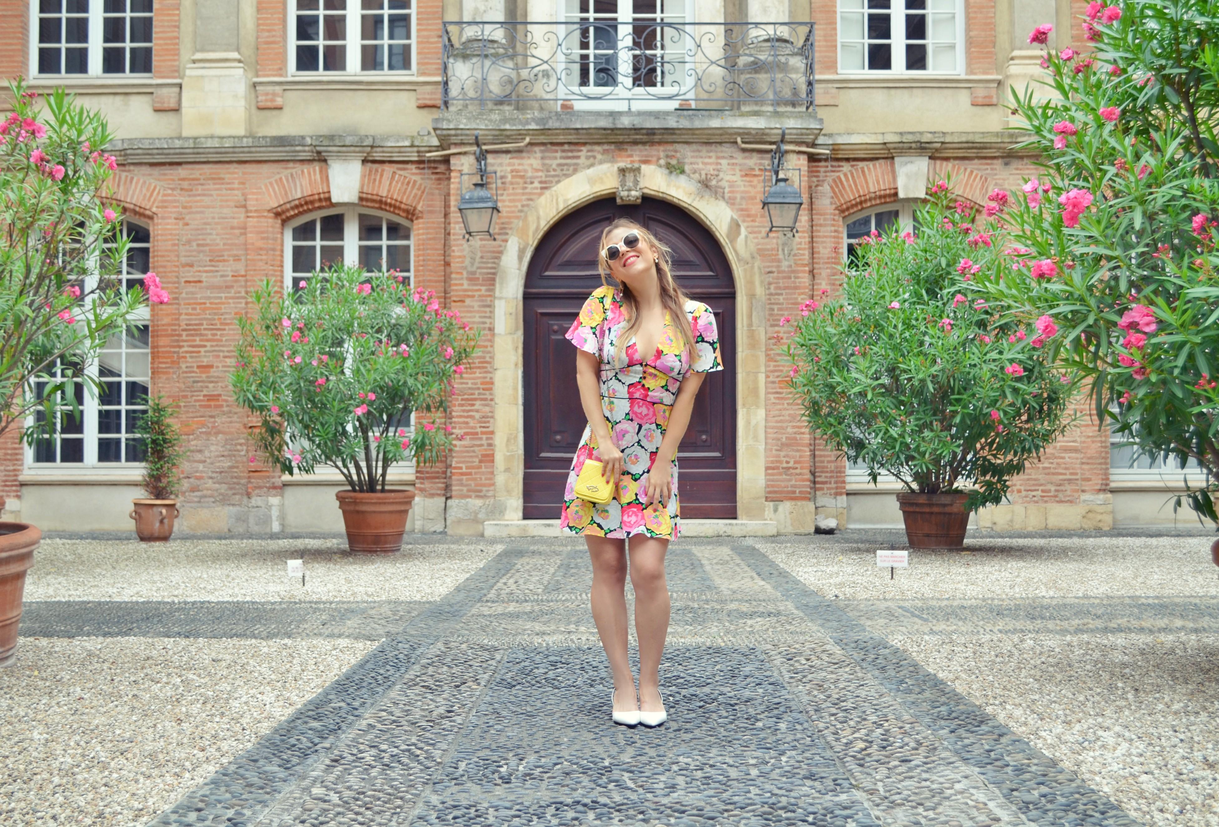 Blog-de-moda-ChicAdicta-fashionista-influencer-Chic-Adicta-flower-dress-look-vestidos-Zara-blog-de-viajes-PiensaenChic-Piensa-en-Chic