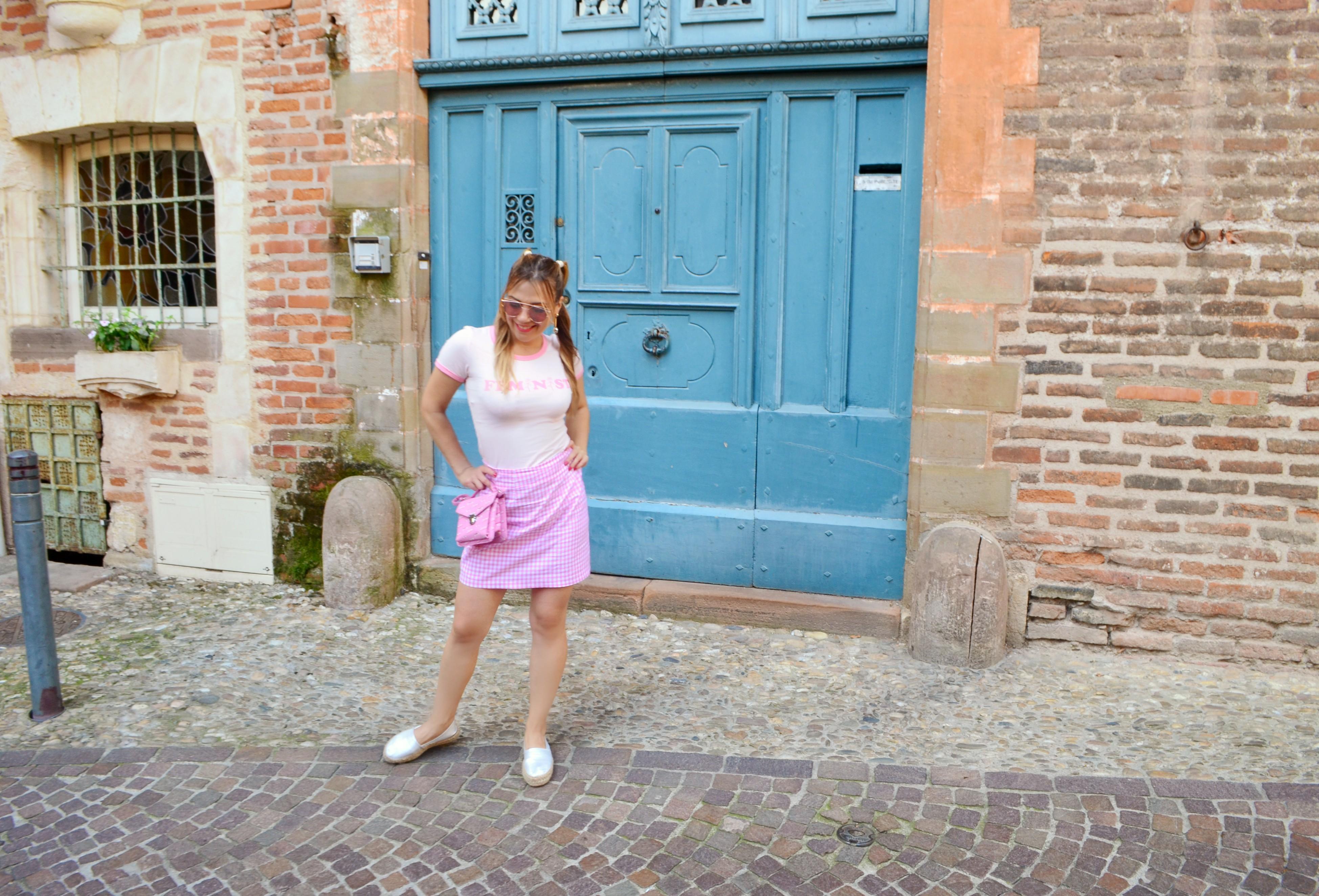 Bolso-Barbie-chica-blog-de-moda-ChicAdicta-influencer-Chic-Adicta-travel-blogger-look-rosa-vichy-outfit-Busonier-PiensaenChic-fashionista-Piensa-en-Chic