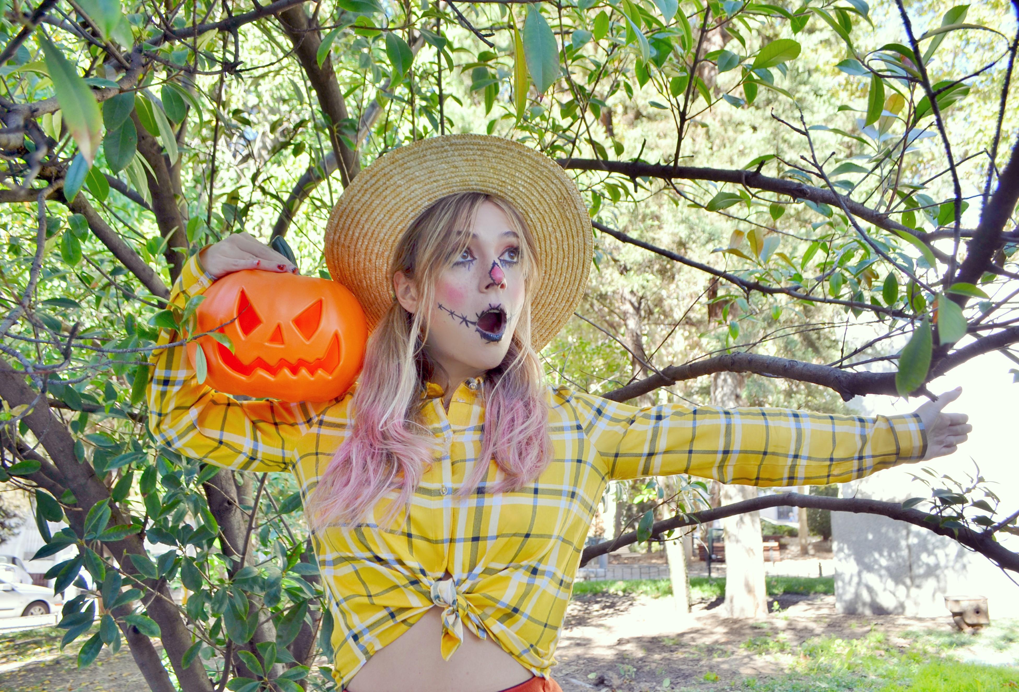Disfraces-para-halloween-baratos-blog-de-moda-maquillaje-de-espantapajaros-ChicAdicta-Urvan-beauty-Chic-Adicta-influencer-scarecrow-PiensaenChic-Piensa-en-Chic