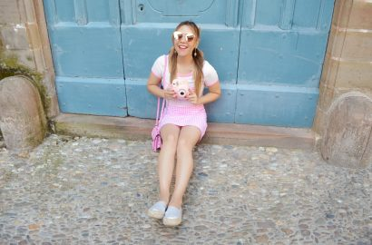 Fashionista-influencer-ChicAdicta-blog-de-moda-Chic-Adicta-kling-skirt-outfit-vichy-blog-de-viajes-PiensaenChic-Piensa-en-Chic