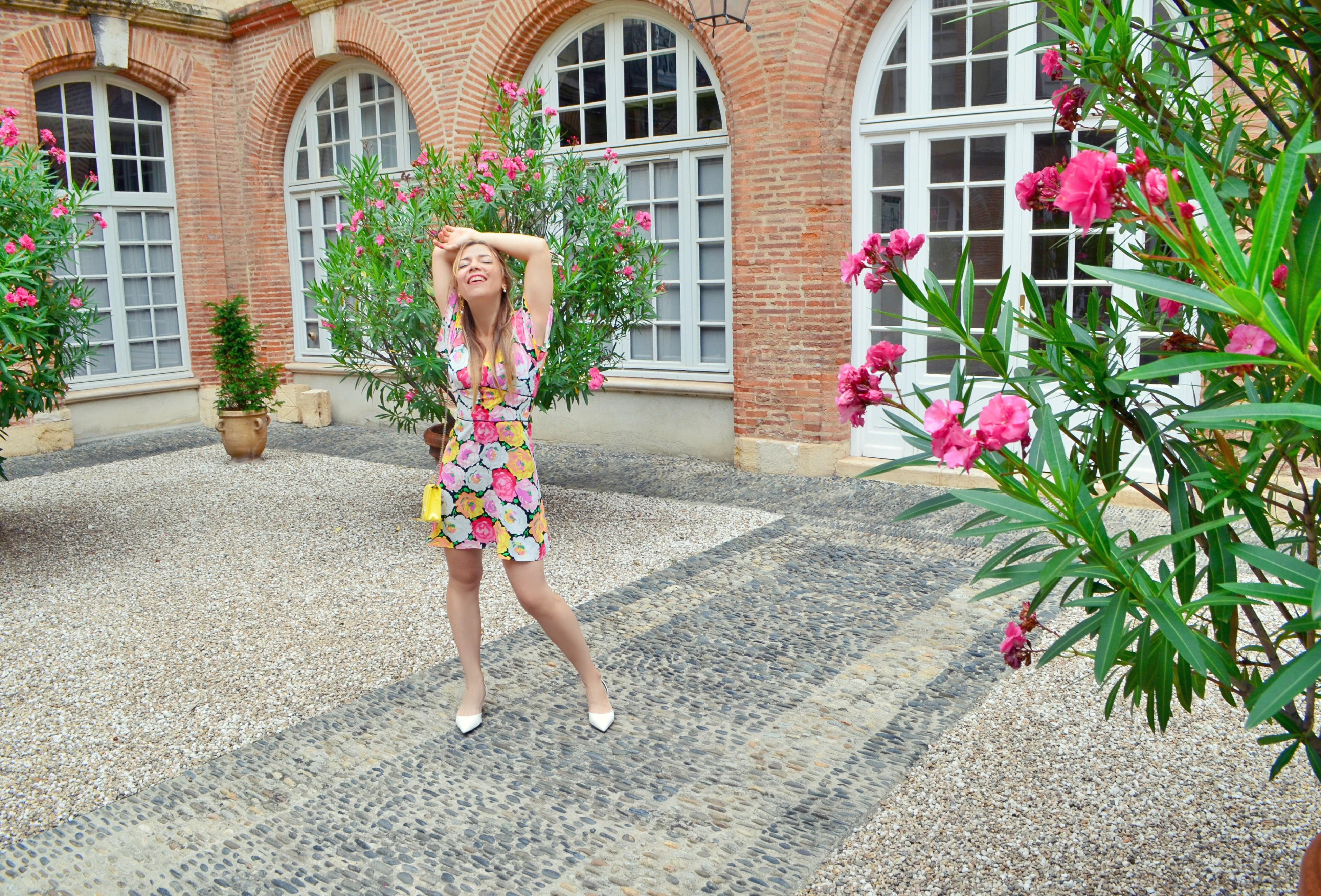 Influencer-Madrid-Chic-Adicta-blog-de-moda-ChicAdicta-vestido-de-flores-zara-look-que-ver-en-toulouse-fashion-travel-PiensaenChic-Piensa-en-Chic