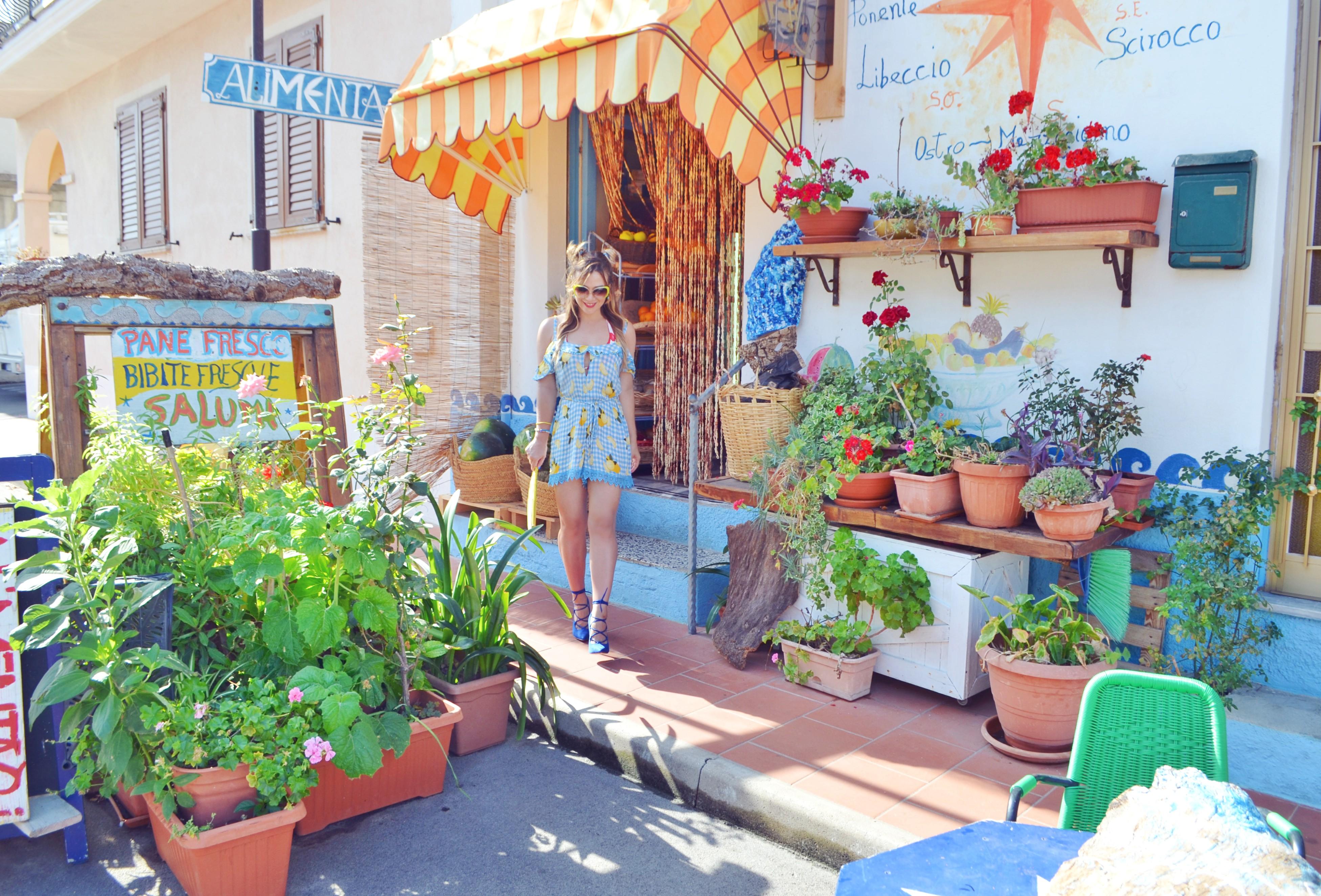 Sardegna-street-style-blog-de-moda-ChicAdicta-influencer-Chic-Adicta-lemons-print-estampado-de-limones-fashion-travel-PiensaenChic-Piensa-en-Chic