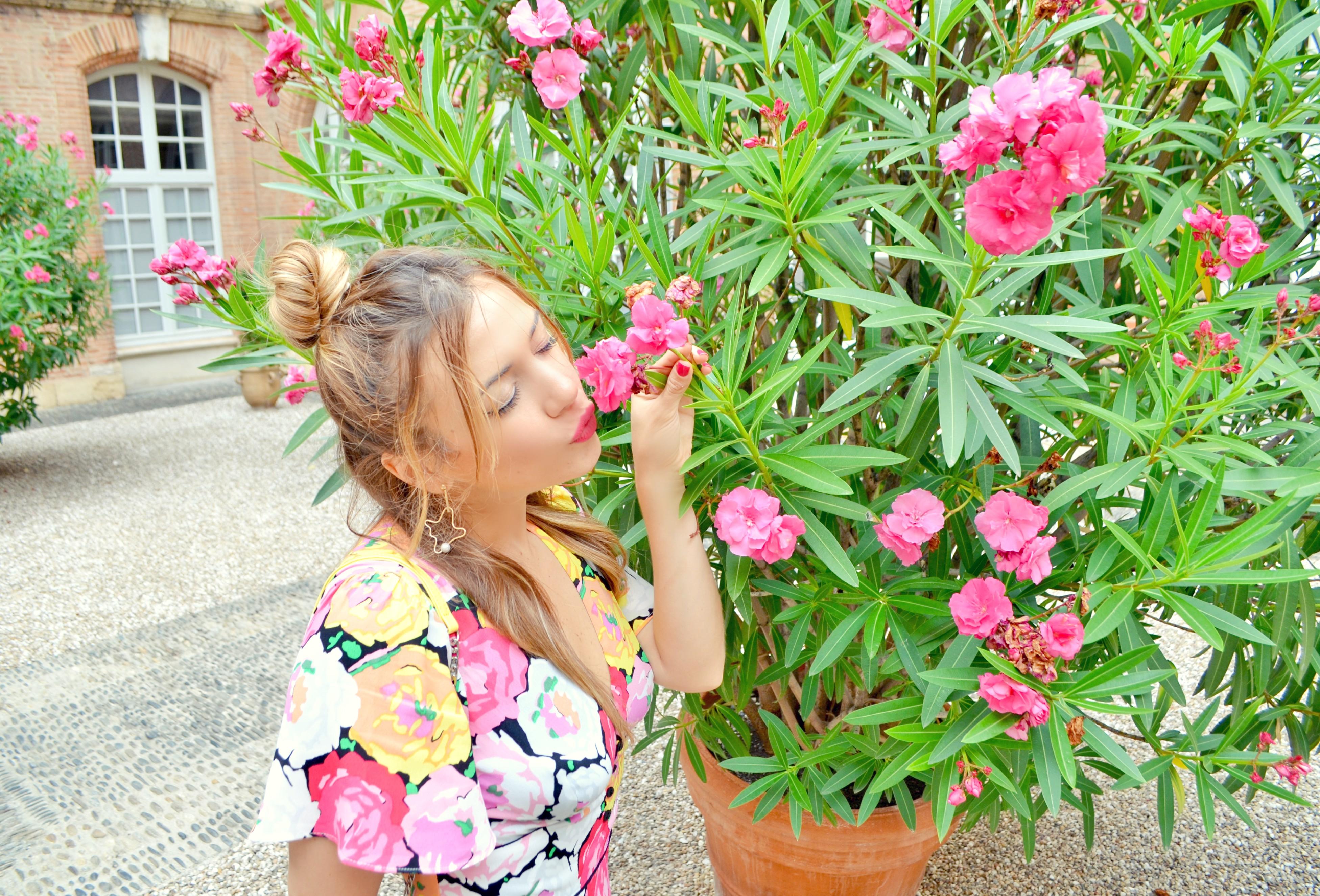 Vestido-de-flores-Zara-ChicAdicta-influencer-Chic-Adicta-flowers-look-travel-blogger-Toulouse-trip-Monki-accessories-PiensaenChic-Piensa-en-Chic