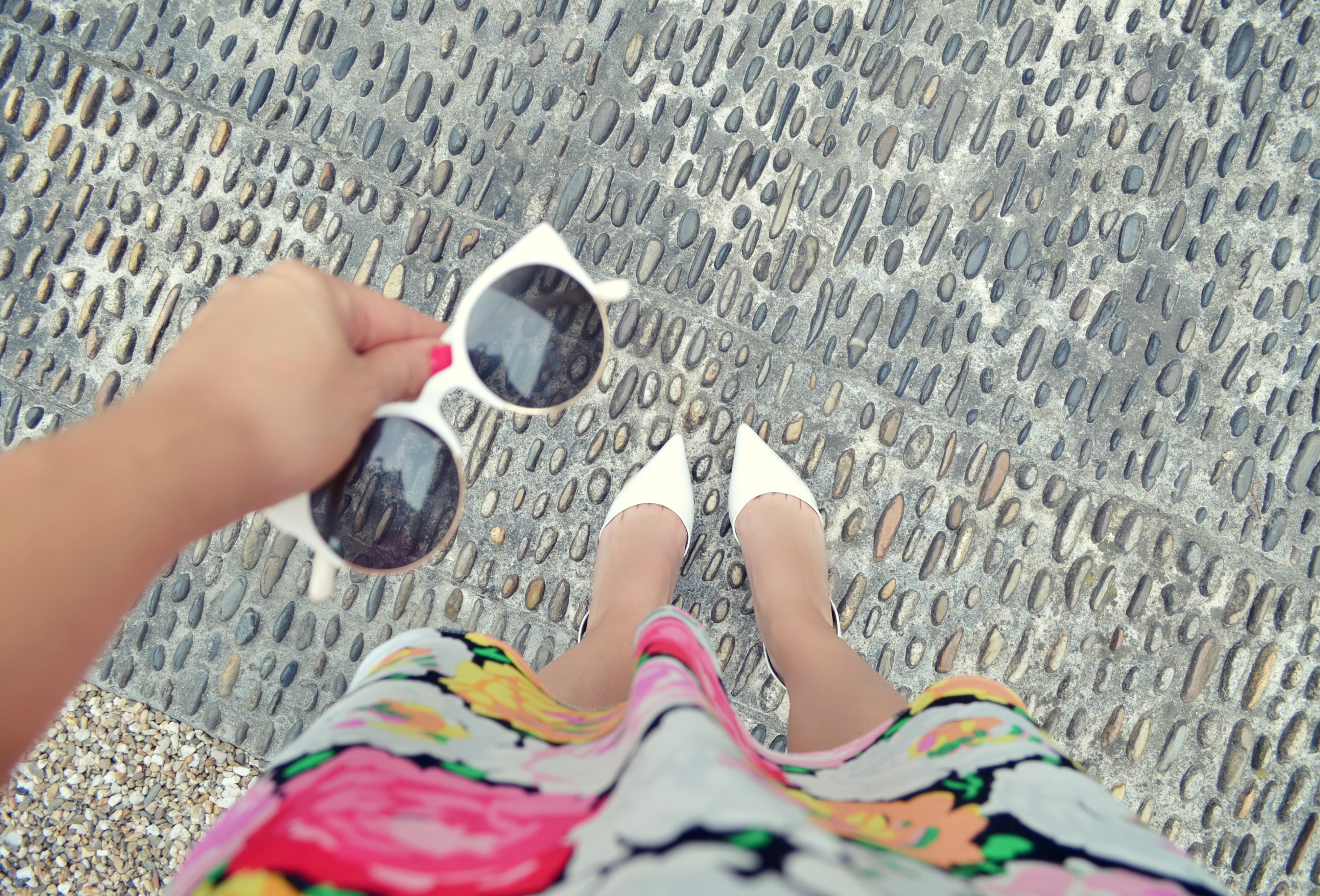 Zapatos-blancos-blog-de-moda-ChicAdicta-fashionista-Chic-Adicta-fashion-travel-vestido-de-flores-white-sunglasses-PiensaenChic-Piensa-en-Chic