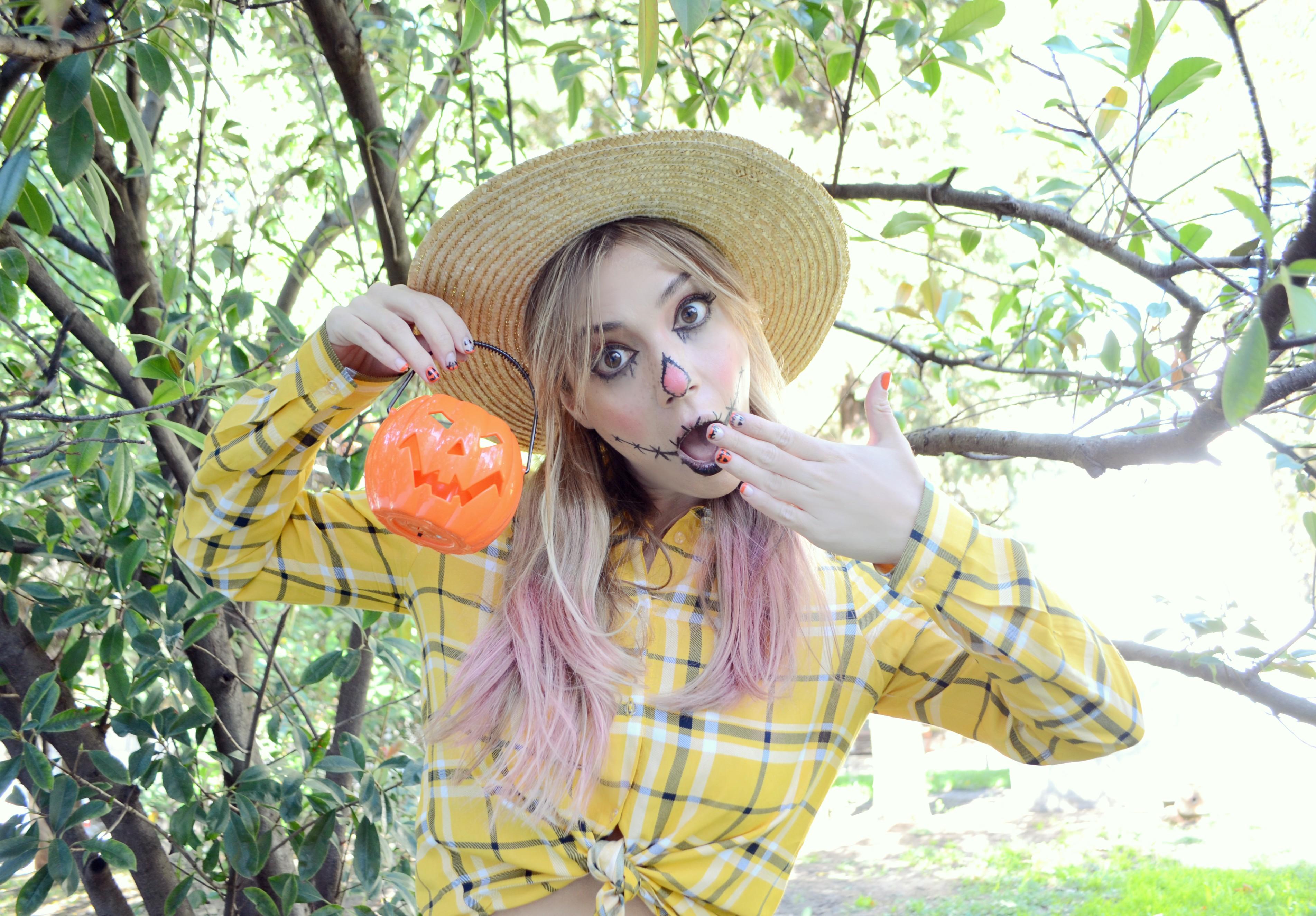 cute-scarecrow-costume-halloween-nails-ChicAdicta-fashionista-Chic-Adicta-blog-de-moda-disfraz-de-espantapajaros-maquillaje-urvan-Madrid-PiensaenChic-Piensa-en-Chic