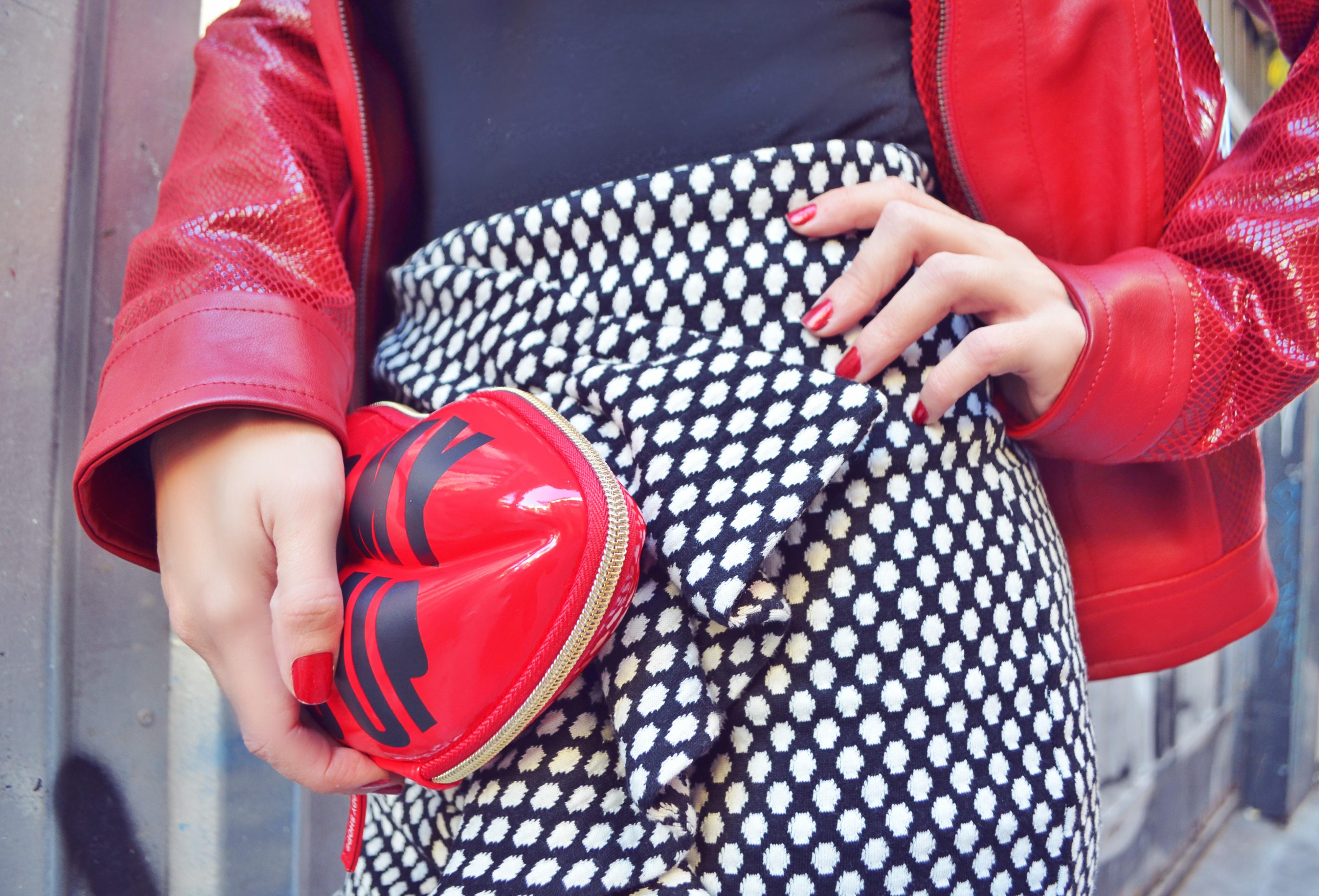 Falda-arggido-blog-de-moda-ChicAdicta-look-rojo-influencer-Madrid-Chic-Adicta-falda-con-volantes-chupa-roja-PiensaenChic-Piensa-en-Chic