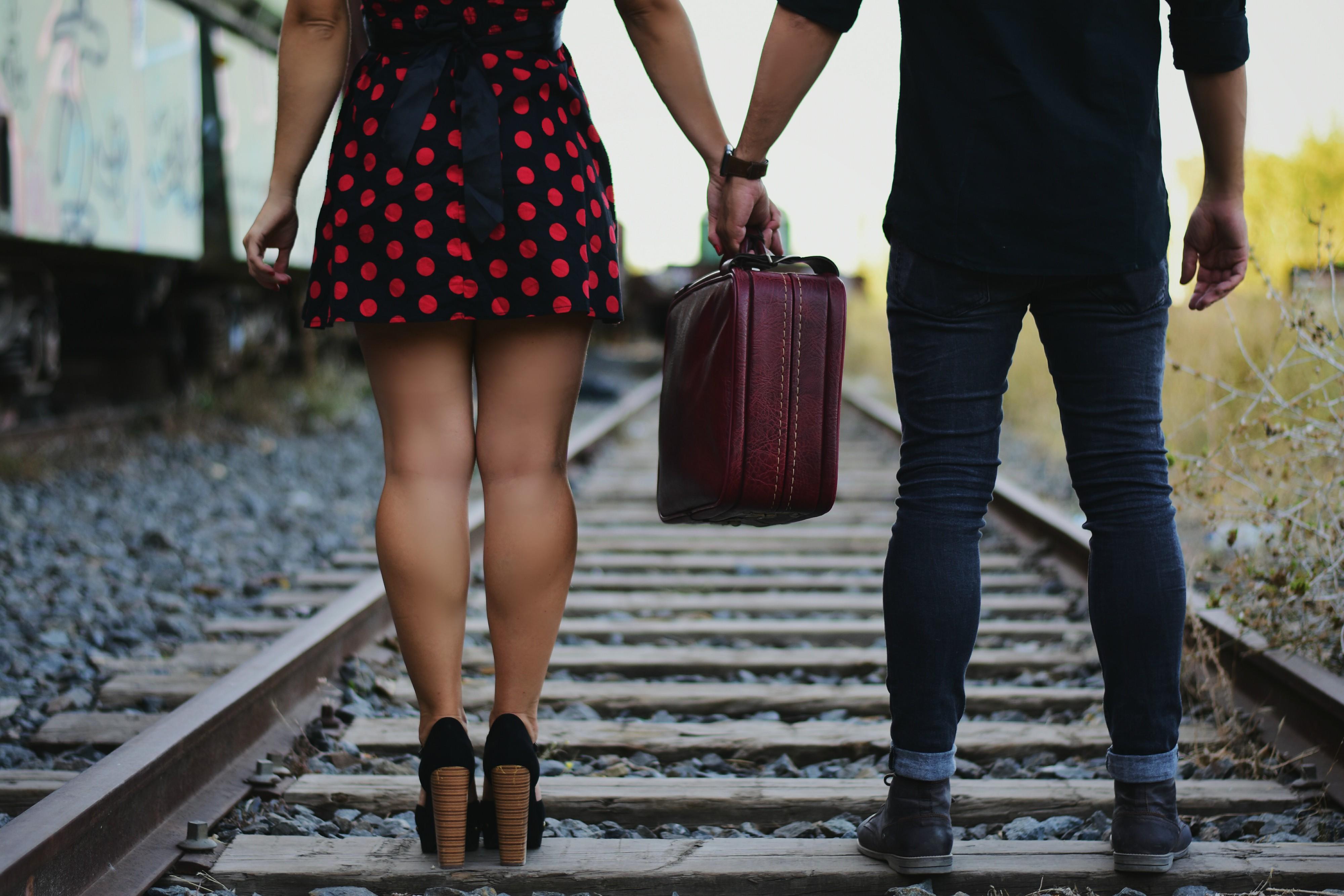 Blog-de-moda-ChicAdicta-fashionista-influencer-Chic-Adicta-retro-couple-fabbianifoto-ditrolio-maleta-vintage-PiensaenChic-Piensa-en-Chic
