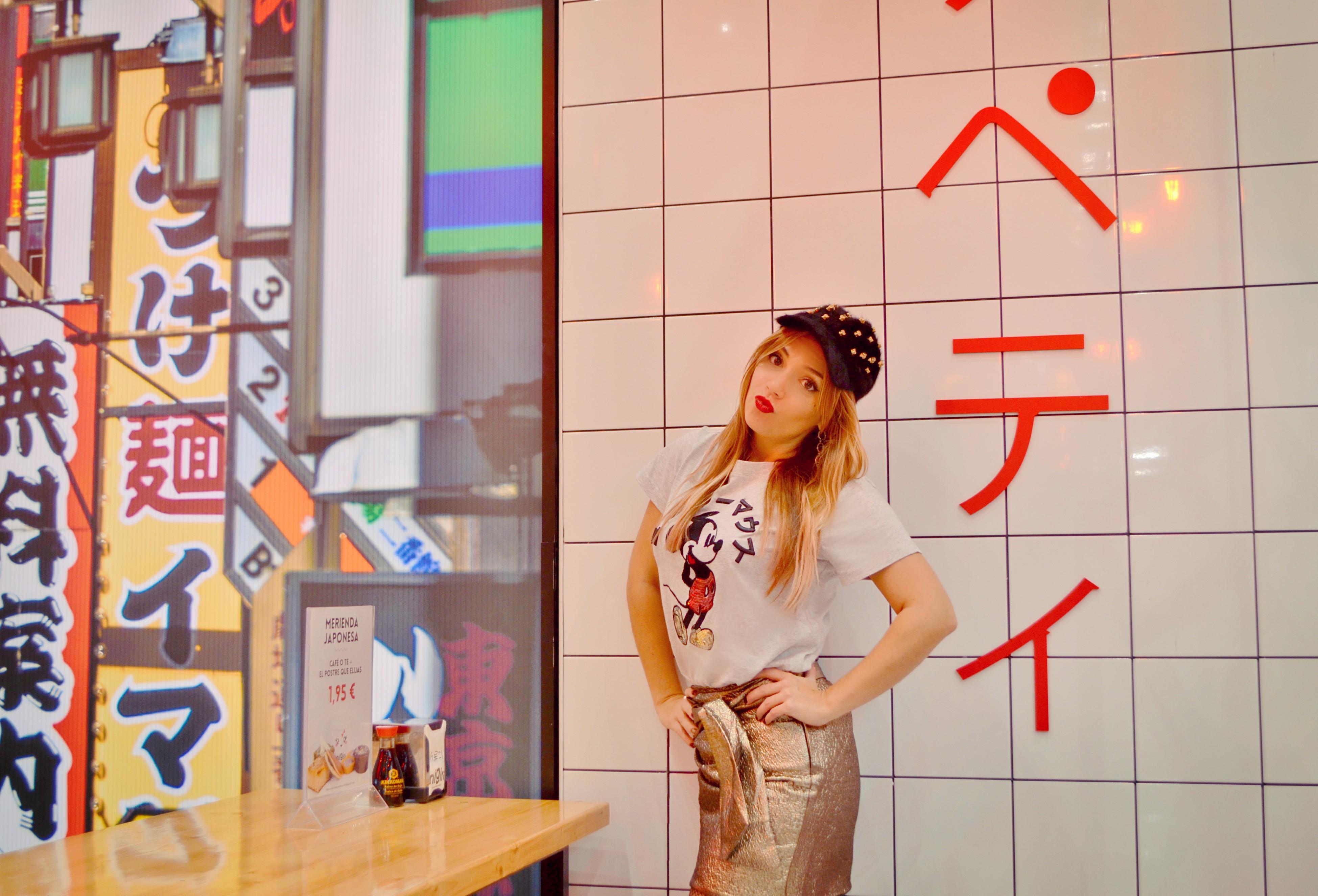 Blog-de-moda-ChicAdicta-influencer-Nigiri-Madrid-Chic-Adicta-look-falda-dorada-camiseta-mickey-mango-PiensaenChic-Piensa-en-Chic