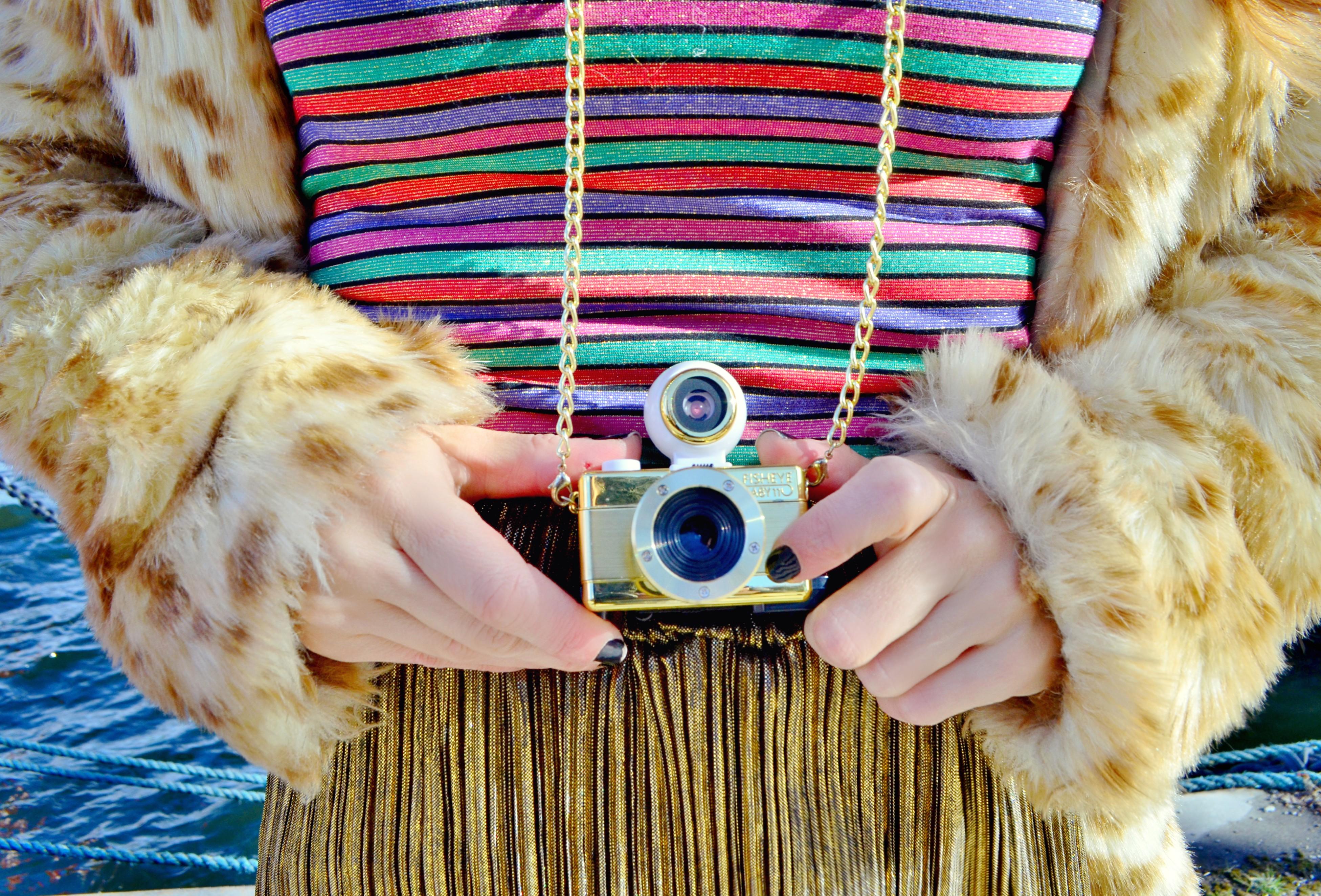 Camaras-fashion-blog-de-moda-ChicAdicta-influencer-Chic-Adicta-abrigo-de-leopardo-falda-dorada-PiensaenChic-Piensa-en-Chic