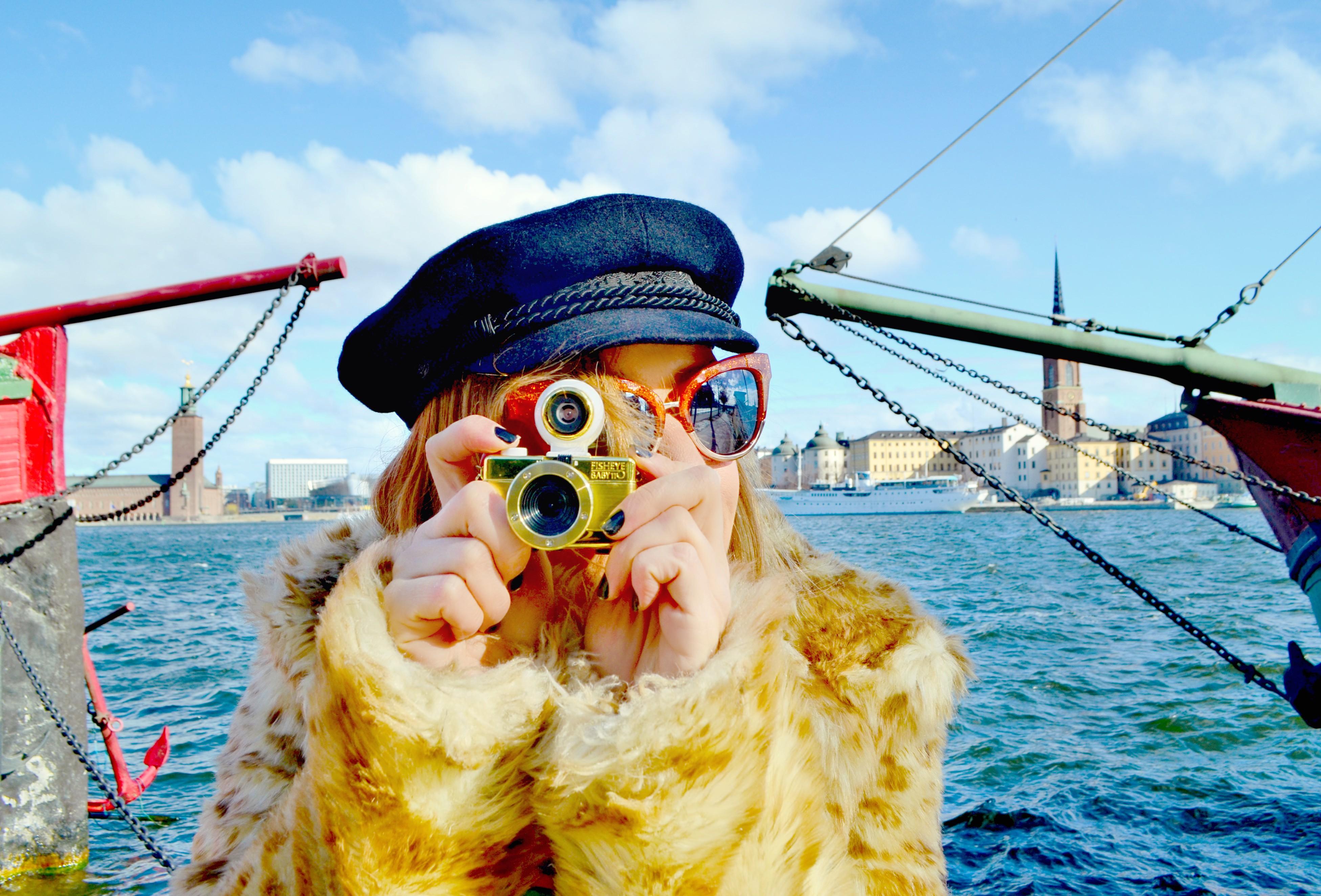 ChicAdicta-influencer-fashionista-Lomography-Chic-Adicta-sombreros-de-invierno-blog-de-moda-PiensaenChic-Piensa-en-Chic