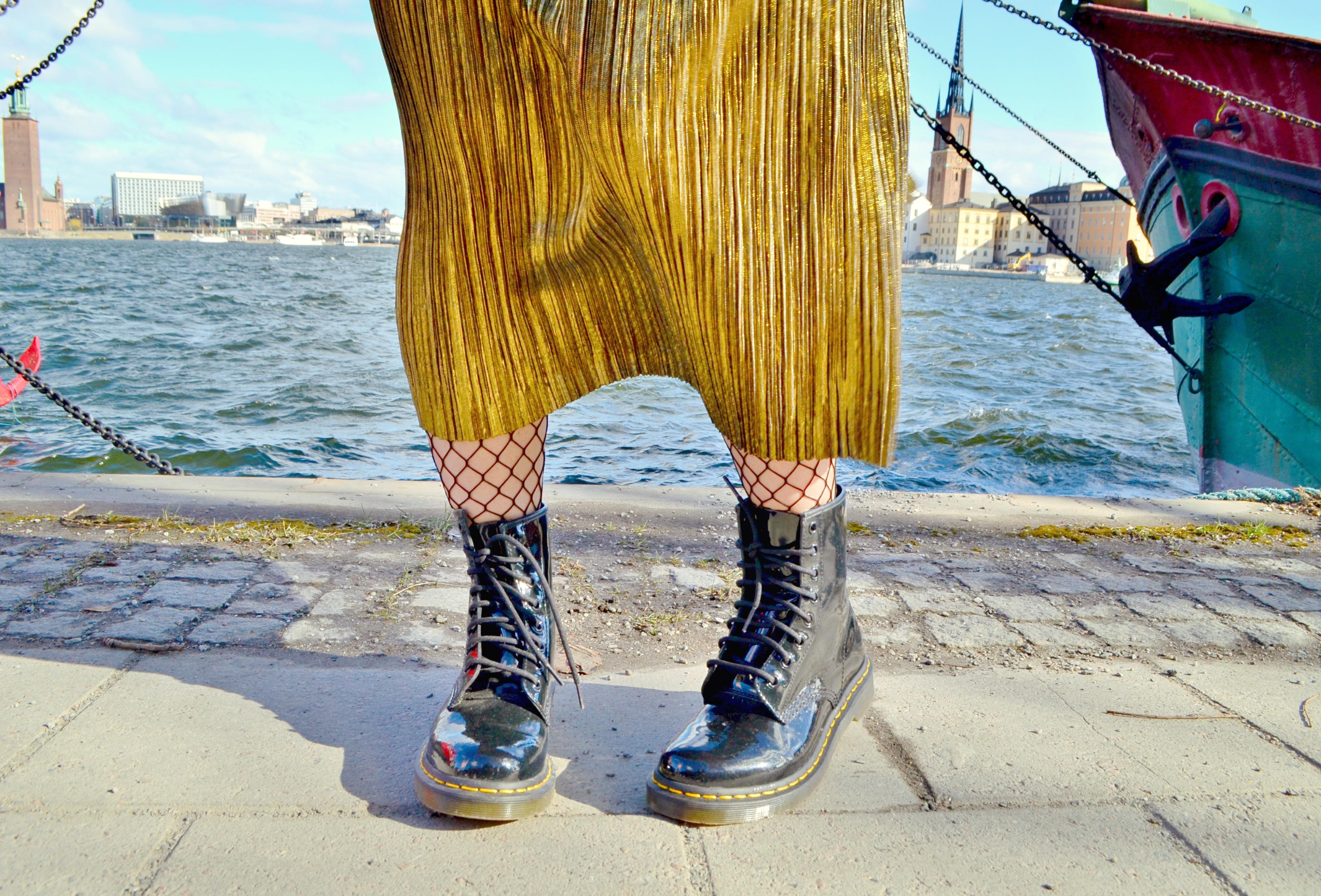 DrMartens-look-ChicAdicta-blog-de-moda-influencer-Chic-Adicta-falda-dorada-fashion-travel-PiensaenChic-Piensa-en-Chic