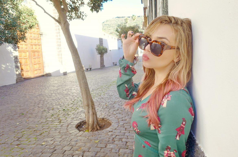 Look-surkana-blog-de-moda-ChicAdicta-fashionista-Chic-Adicta-vestido-verde-pelo-rosa-influencer-PiensaenChic-Piensa-en-Chic