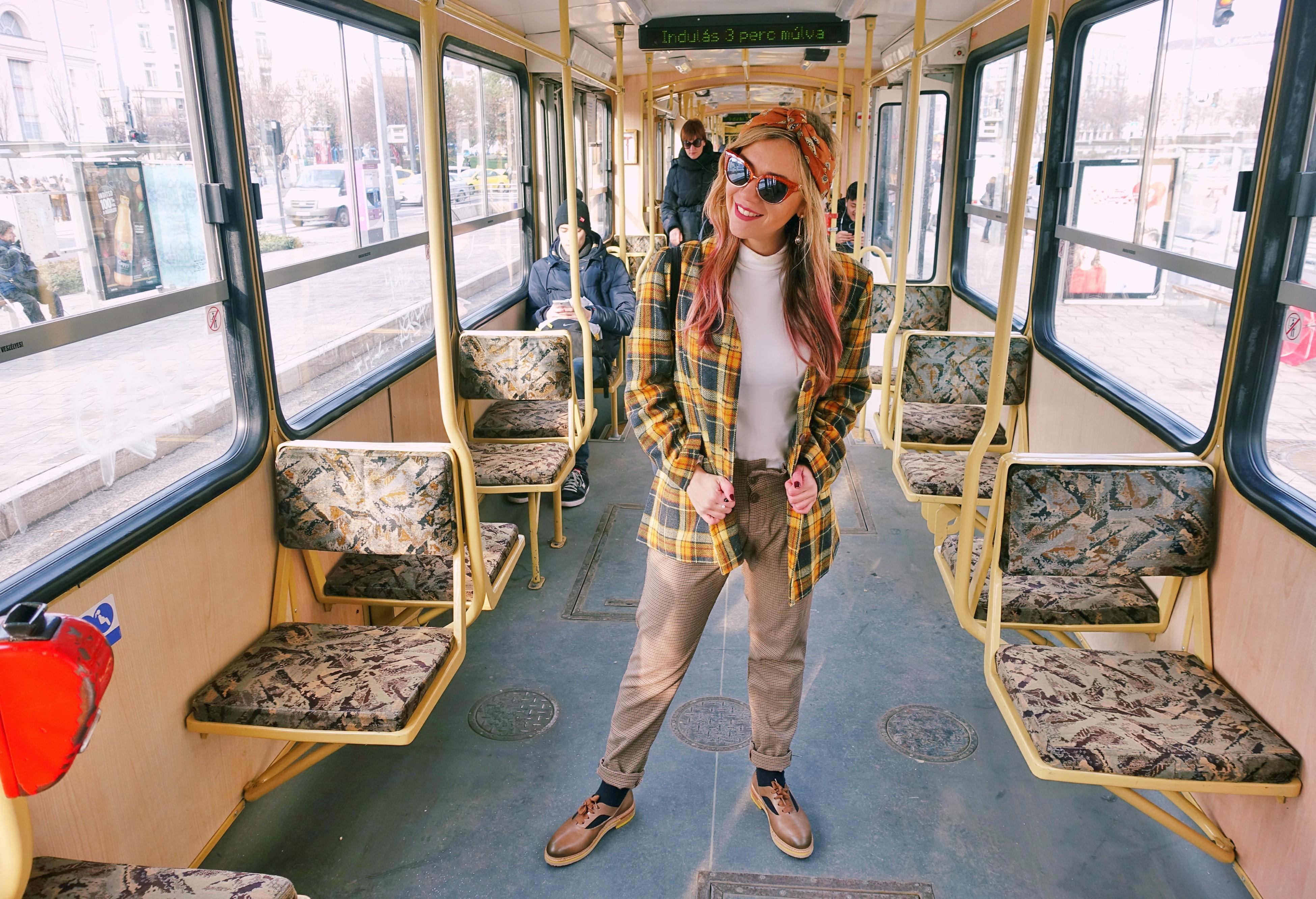Fashionista-ChicAdicta-blog-de-moda-tranvia-de-budapest-blazer-de-cuadros-Chic-Adicta-influencer-zapatos-neosens-PiensaenChic-Piensa-en-Chic
