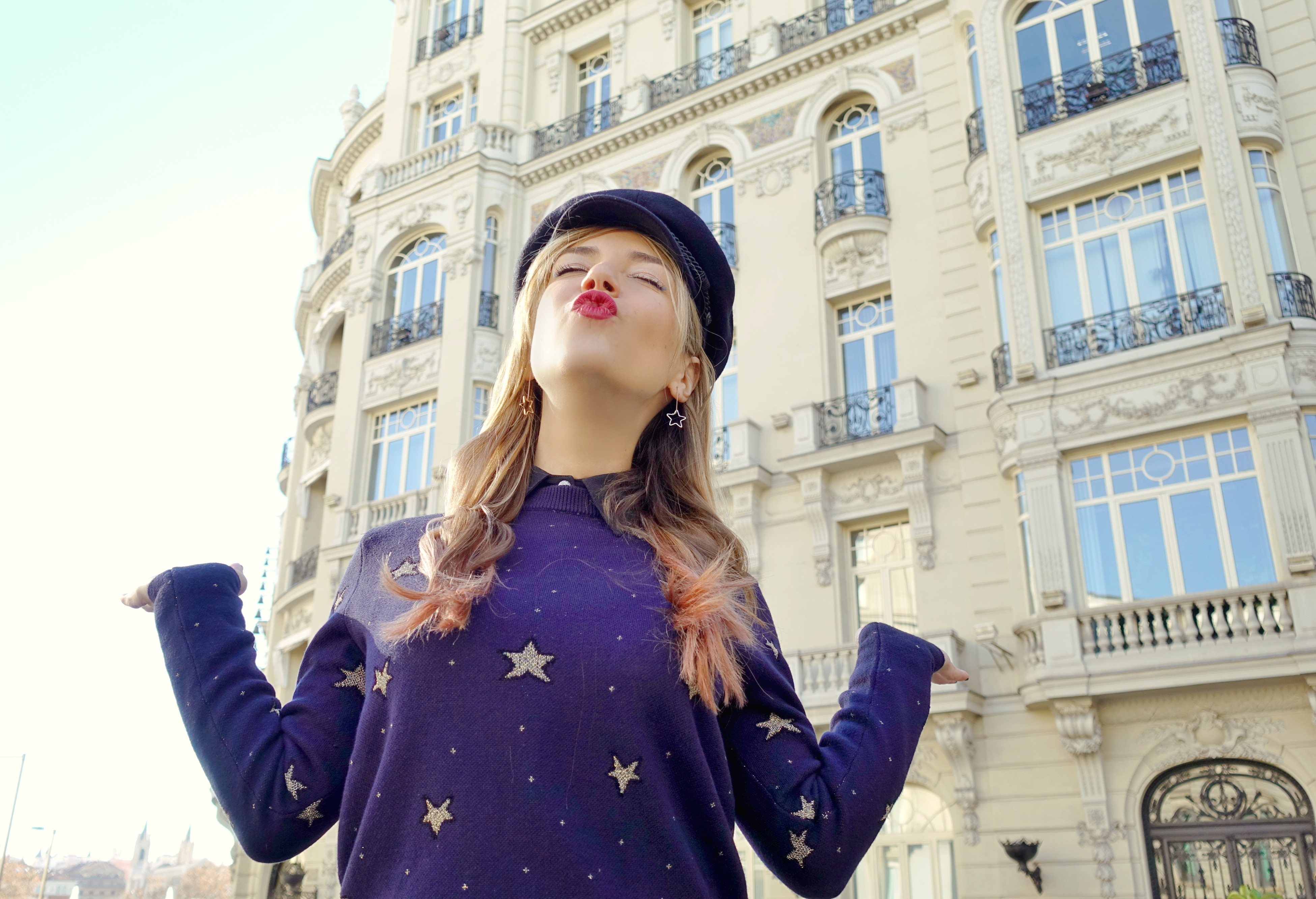 Jersey-de-estrellas-blog-de-moda-ChicAdicta-influencer-Chic-Adicta-Amichi-style-blue-outfit-Madrid-street-style-PiensaenChic-Piensa-en-Chic