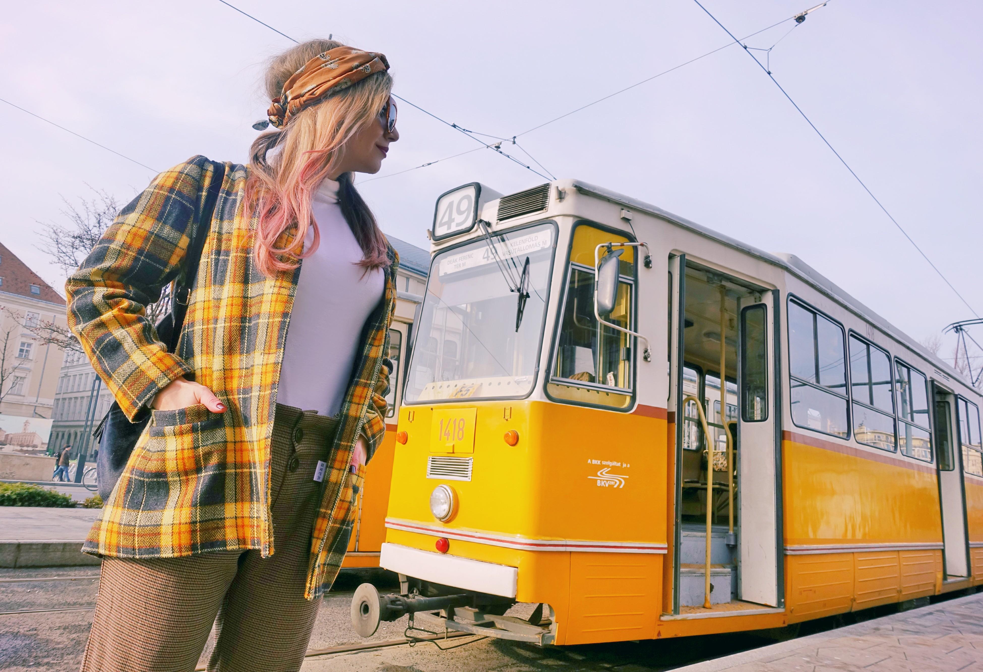 Que-ver-en-Budapest-blog-de-moda-ChicAdicta-fashionista-influencer-Chic-Adicta-conjunto-de-cuadros-vintage-look-PiensaenChic-Piensa-en-Chic