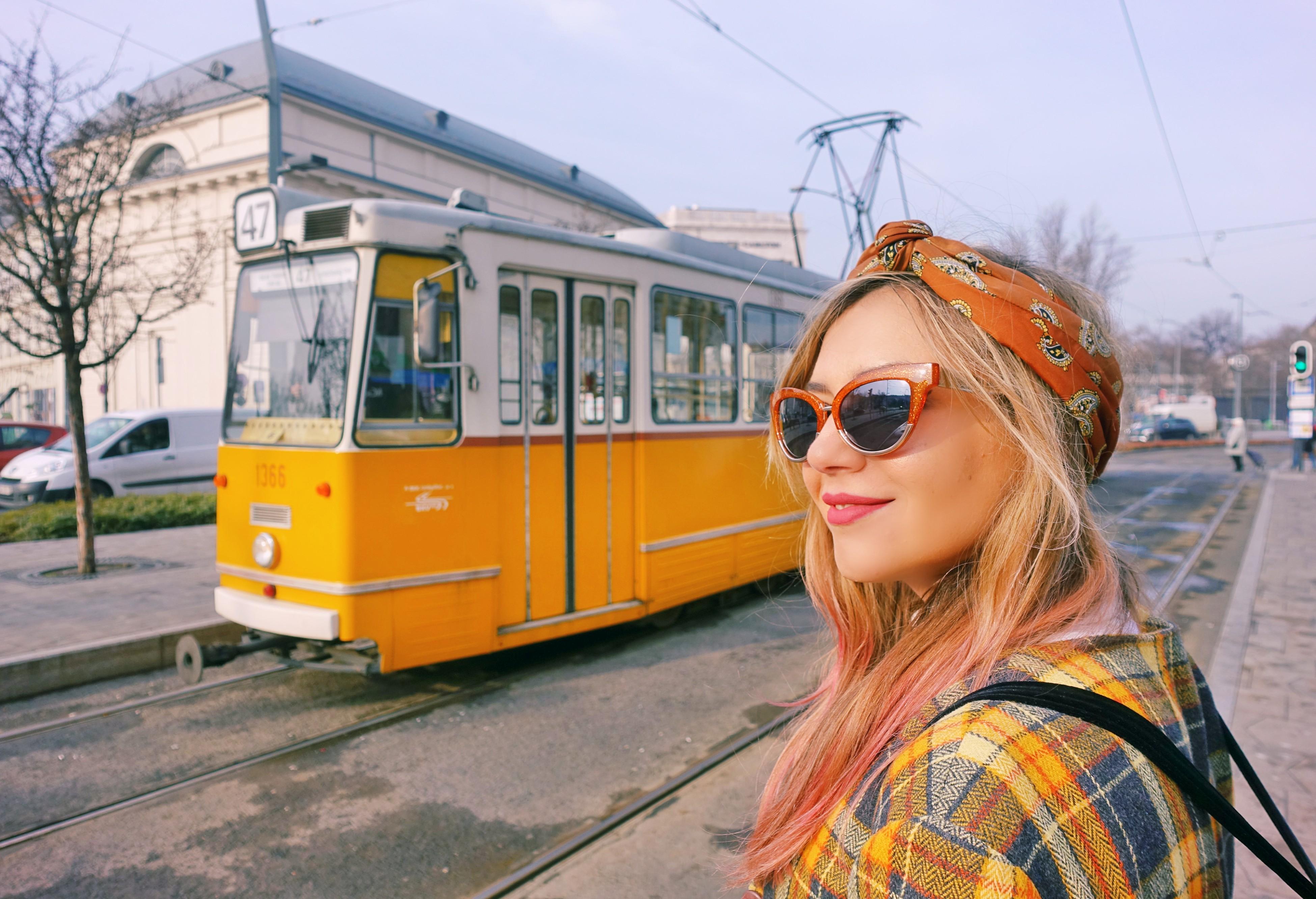 Tranvia-de-budapest-fashion-travel-ChicAdicta-blog-de-moda-Chic-Adicta-blazer-de-cuadros-bolsos-bijou-brigitte-pelo-rosa-PiensaenChic-influencer-Piensa-en-Chic