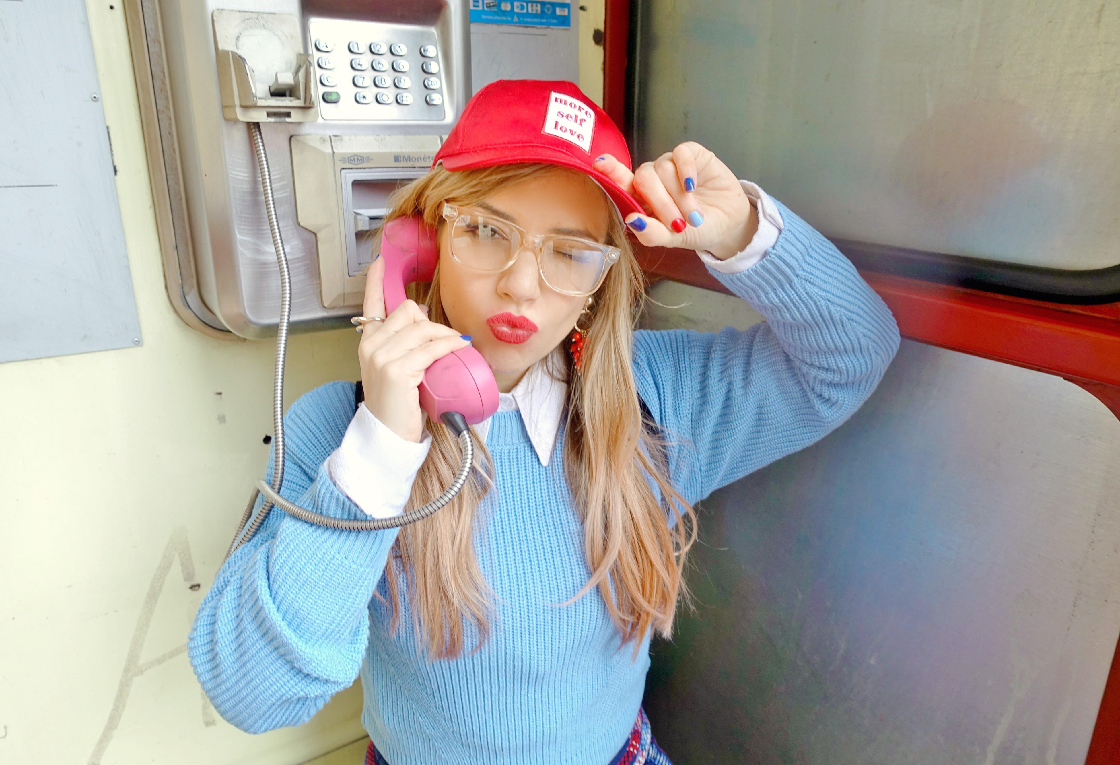 PiensaenChic-influencer-blog-de-moda-ChicAdicta-gorra-beisbolera-Chic-Adicta-look-jersey-gafas-transparentes-Piensa-en-Chic