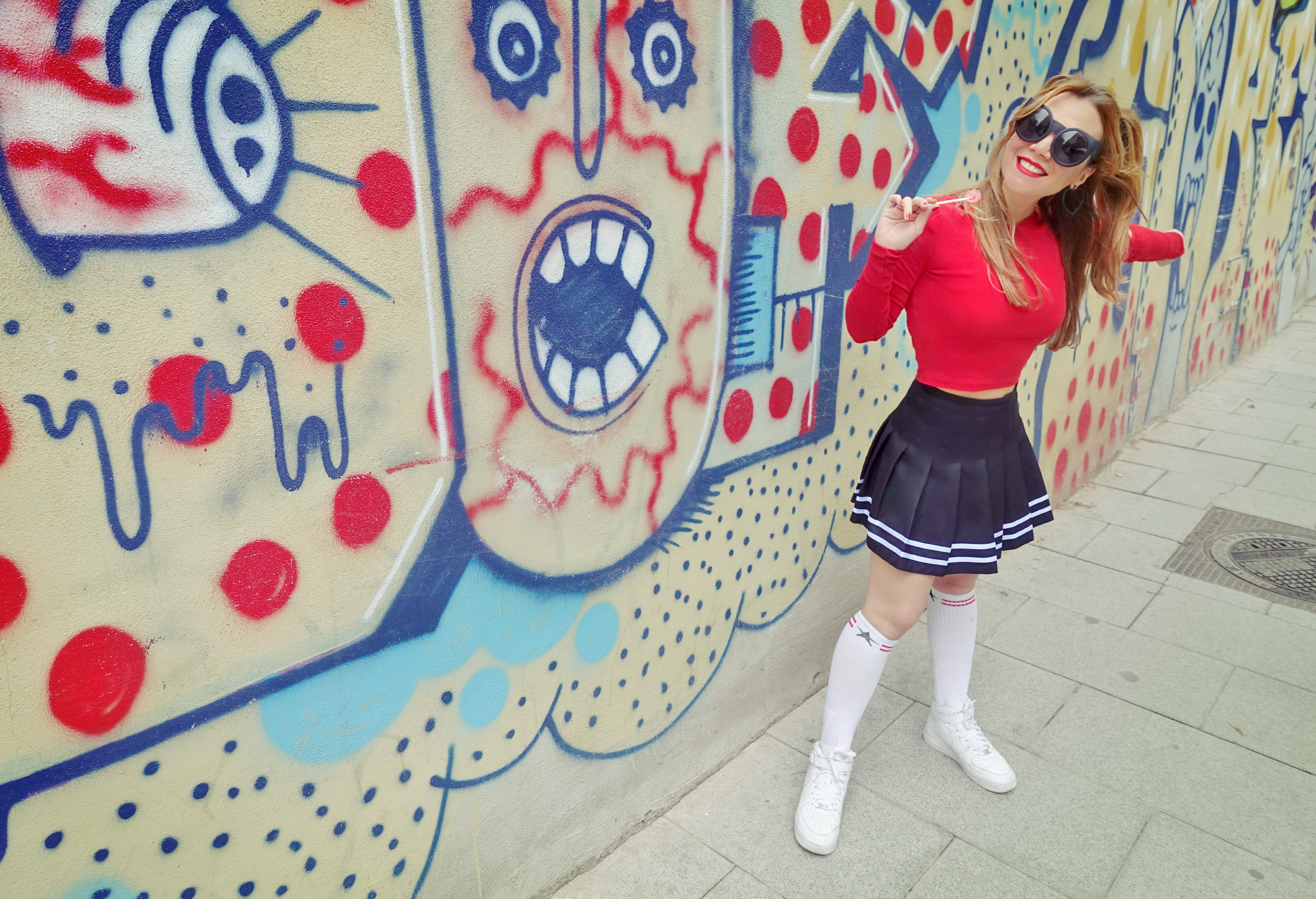 Calcetines-altos-blog-de-moda-ChicAdicta-influencer-hm-falda-cheerleader-PiensaenChic-Chic-Adicta-nike-air-force-Madrid-street-style-Piensa-en-Chic