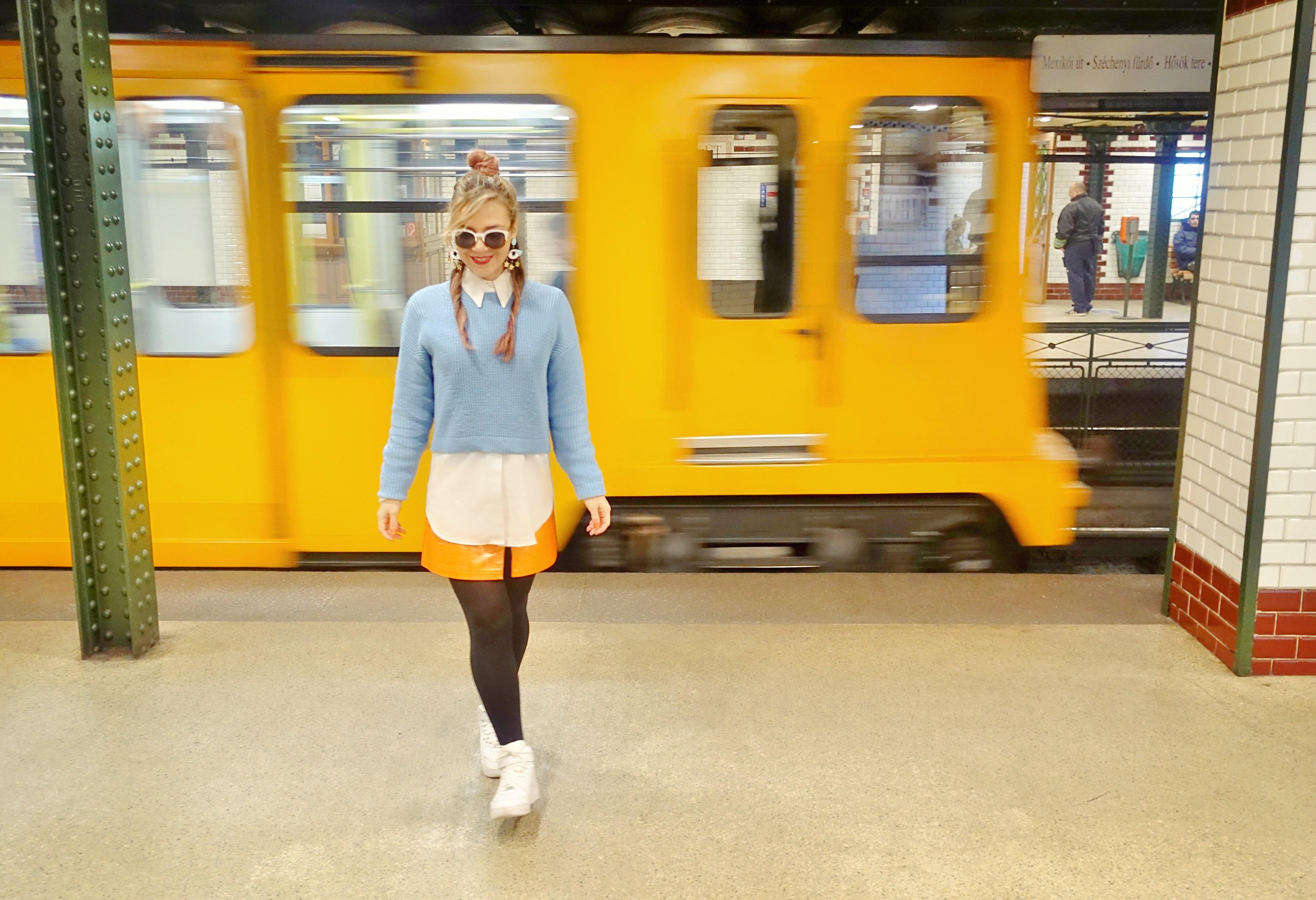 Falda-naranja-kling-blog-de-moda-ChicAdicta-fashionista-influencer-metro-budapest-zapatillas-blancas-chic-adicta-PiensaenChic-Piensa-en-Chic